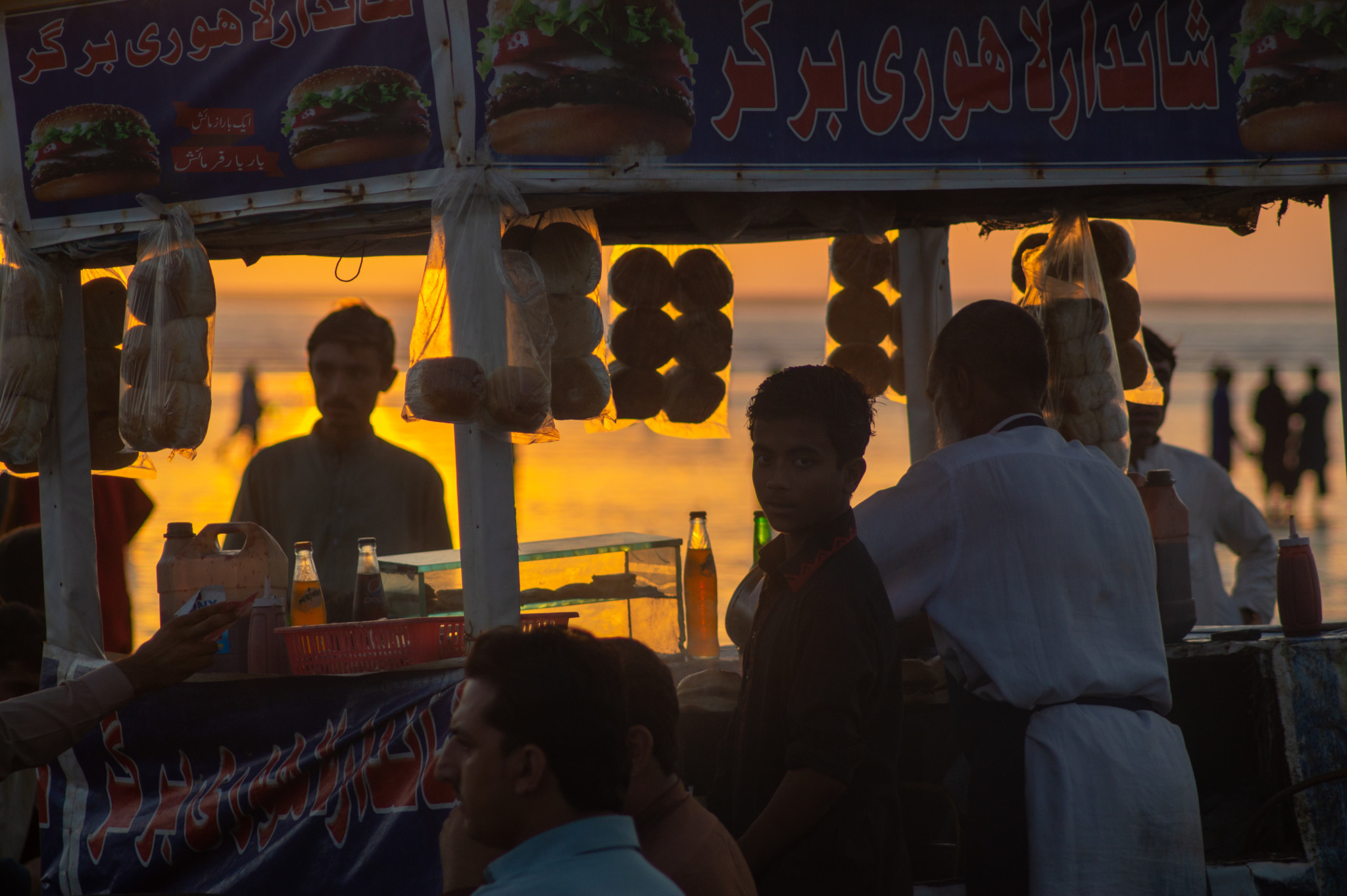 Sonnenuntergang und Straßensnacks in Karatschi