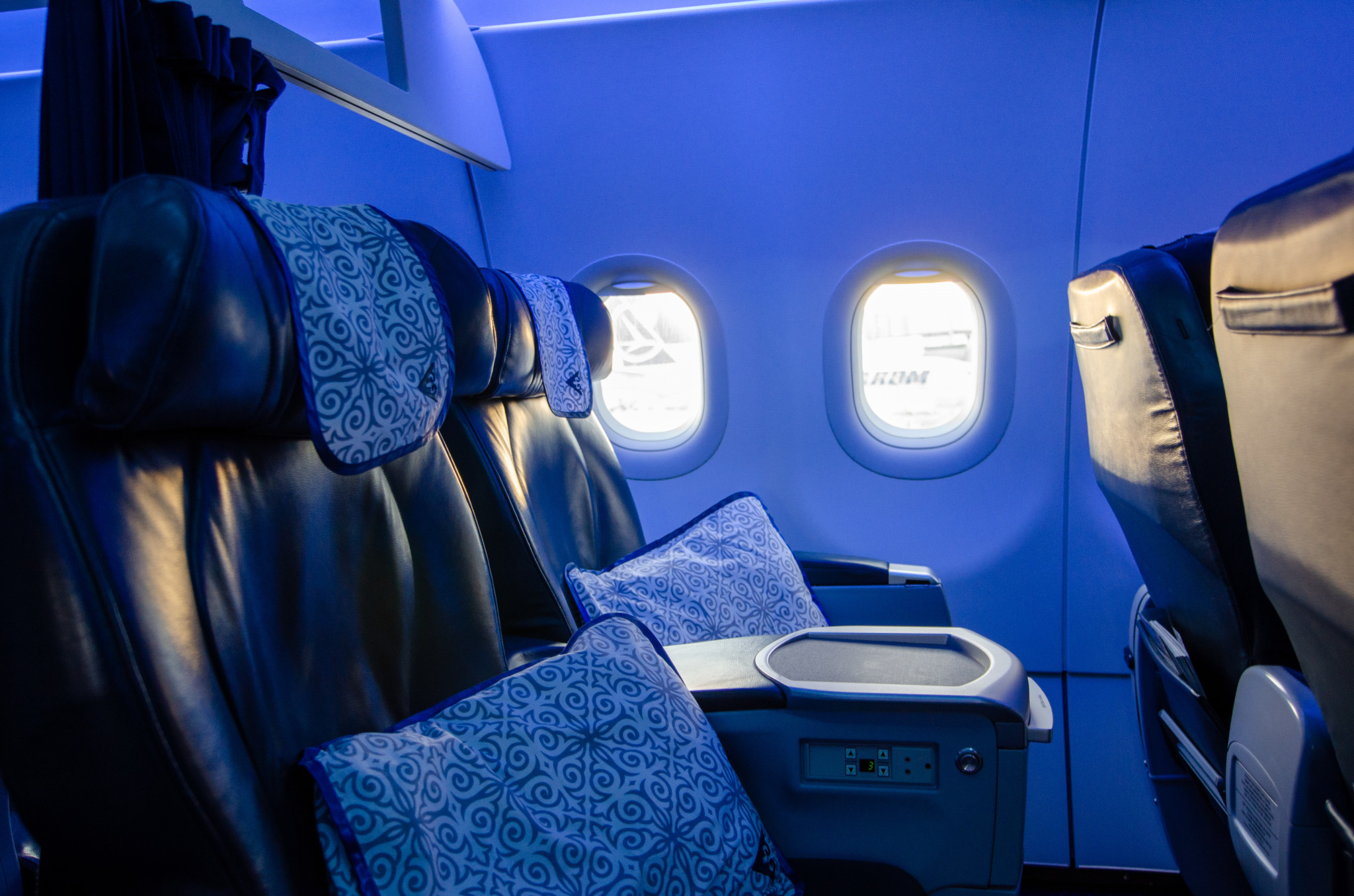 Die Air Astana Business Class auf dem Flug von Frankfurt nach Nursultan erstrahlt abends in schickem Licht