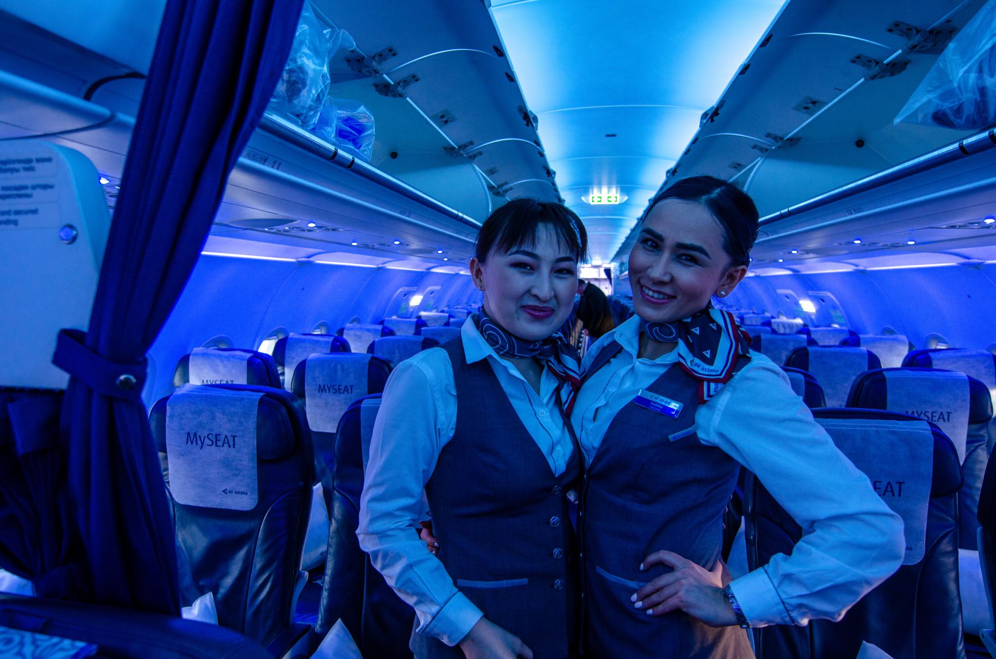 Die Crew von Air Astana ist jung und zuvorkommend