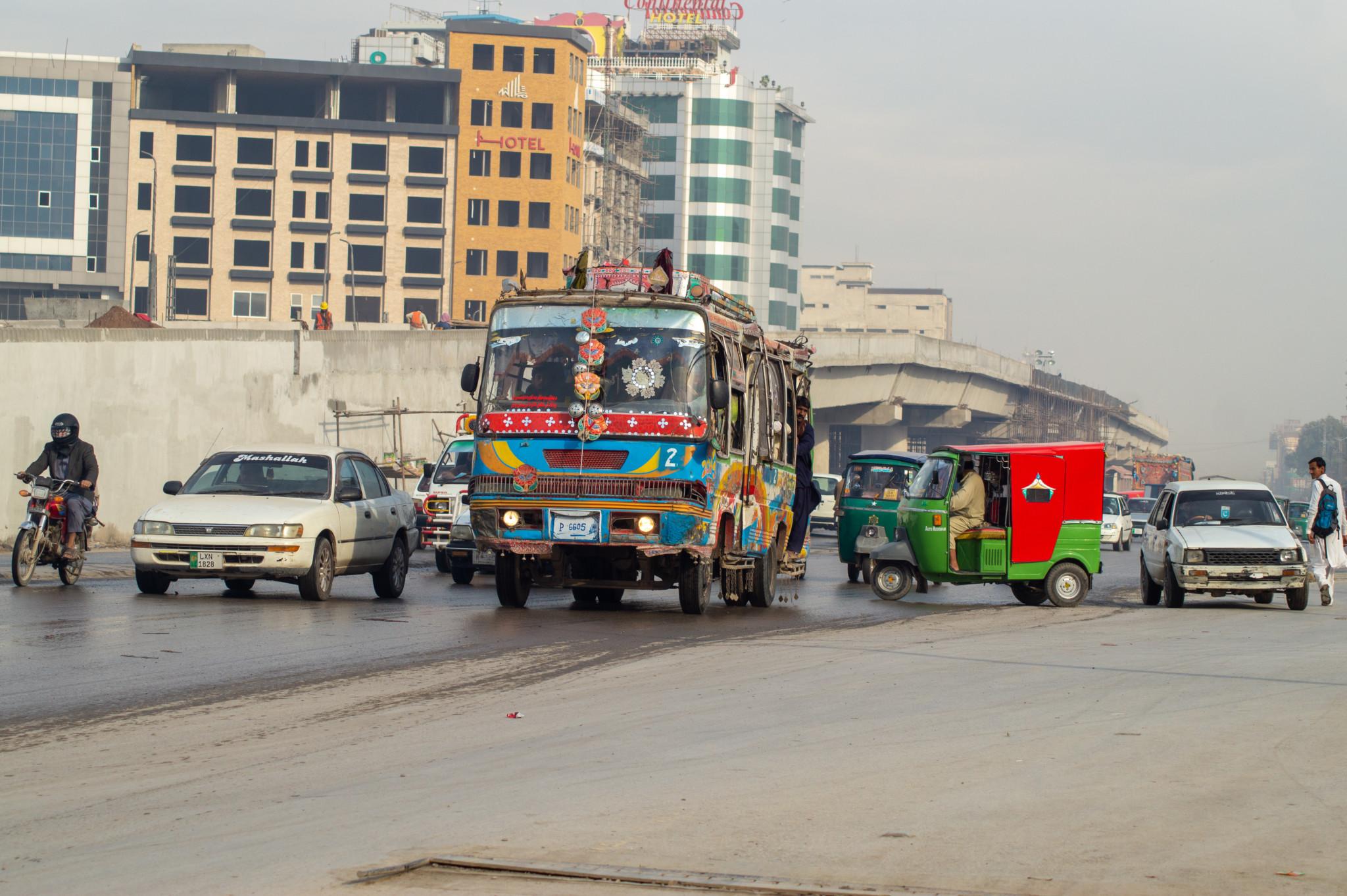 Busse fahren auch in den Städten von Pakistan