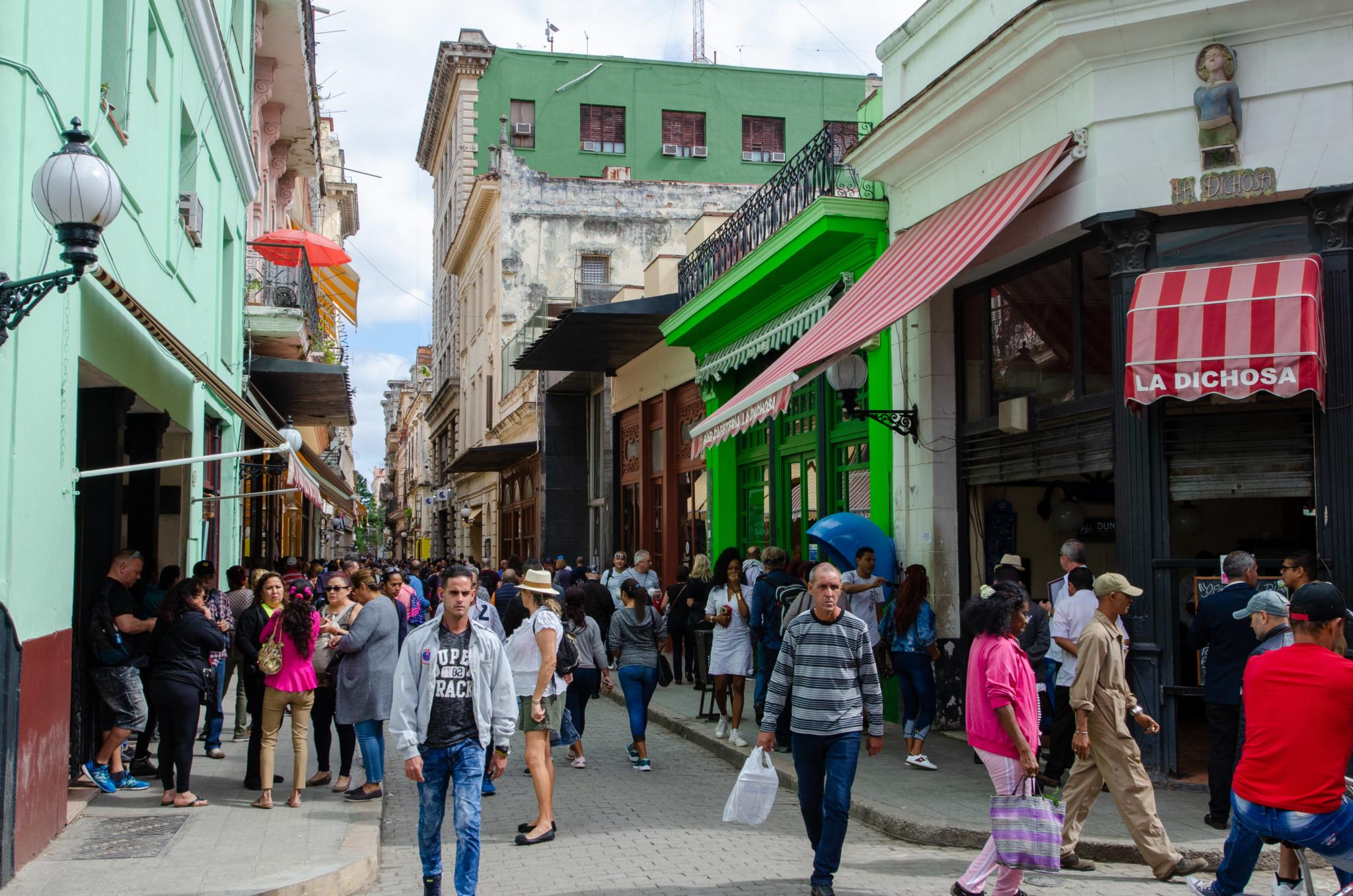 Auf der Calle Obispo in Havanna ist immer was los