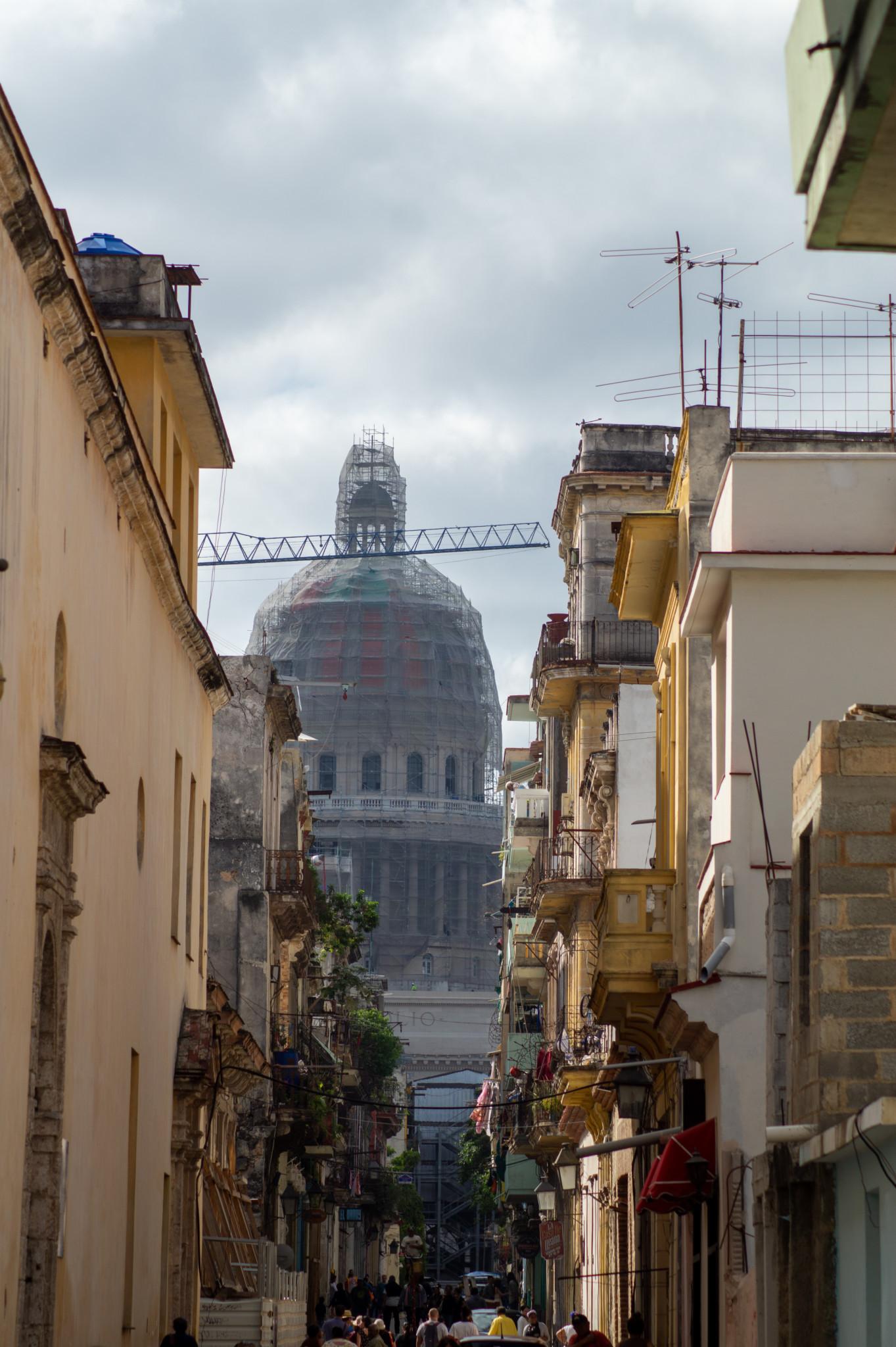 Capitolio aus einer Seitenstrasse in Habana Vieja