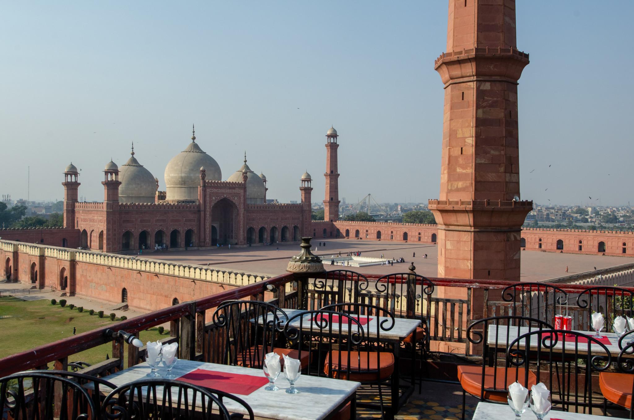 Ausblick auf die Badshahi Moschee von der Food Street in Lahore