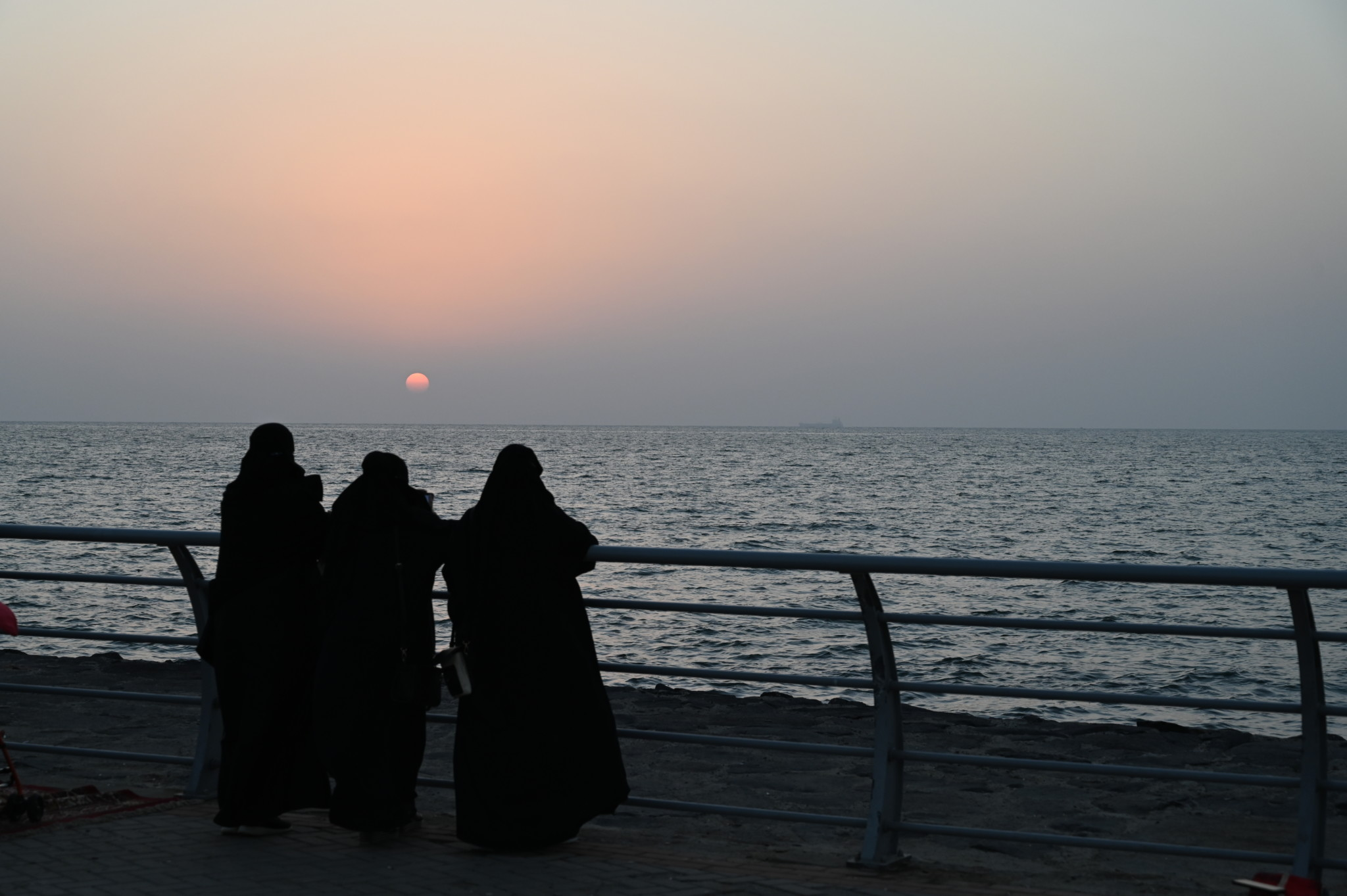 Saudische Frauen zum Sonnenuntergang in Jizan
