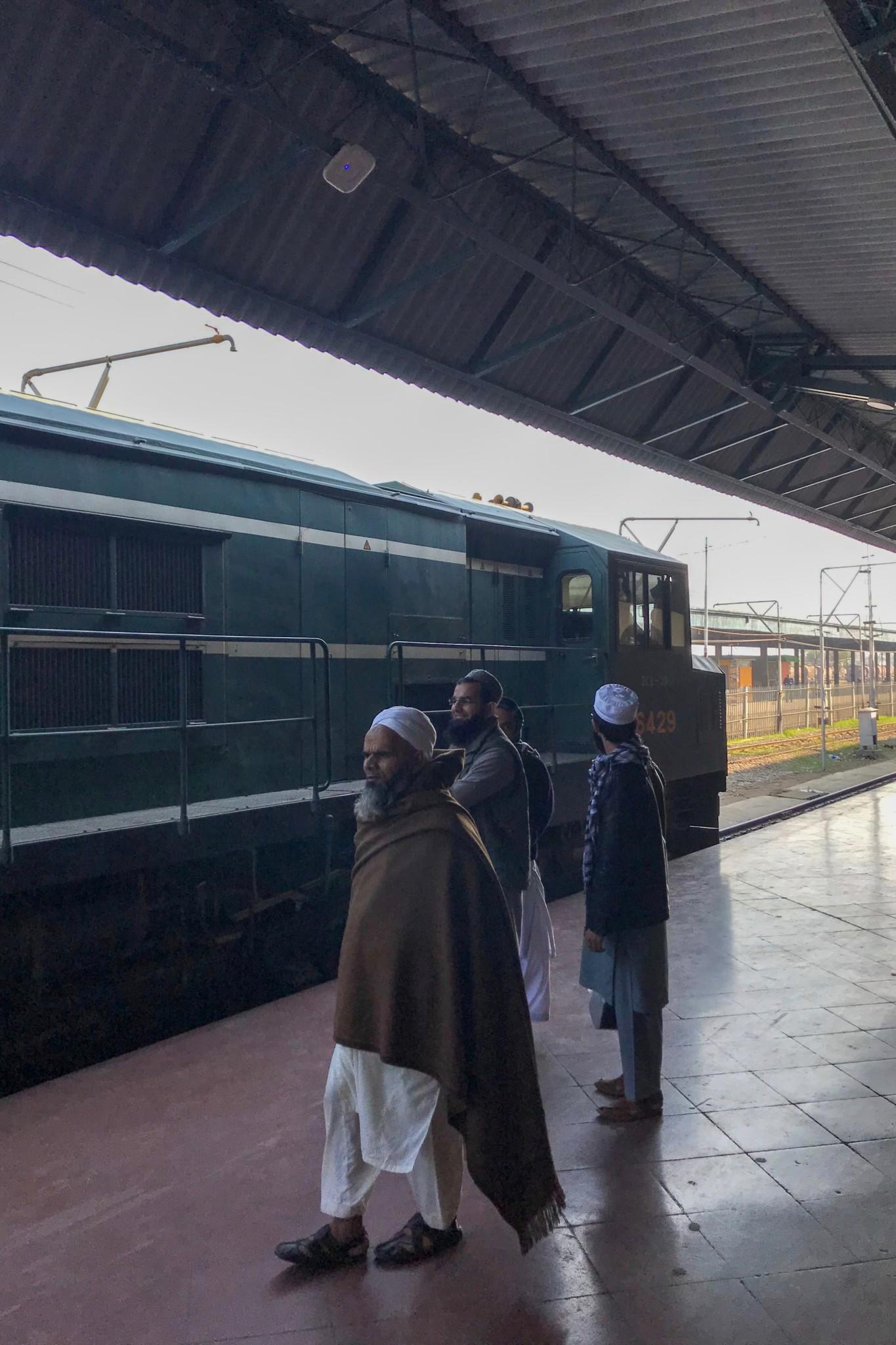 Warten am Gleis vom Bahnhof in Lahore