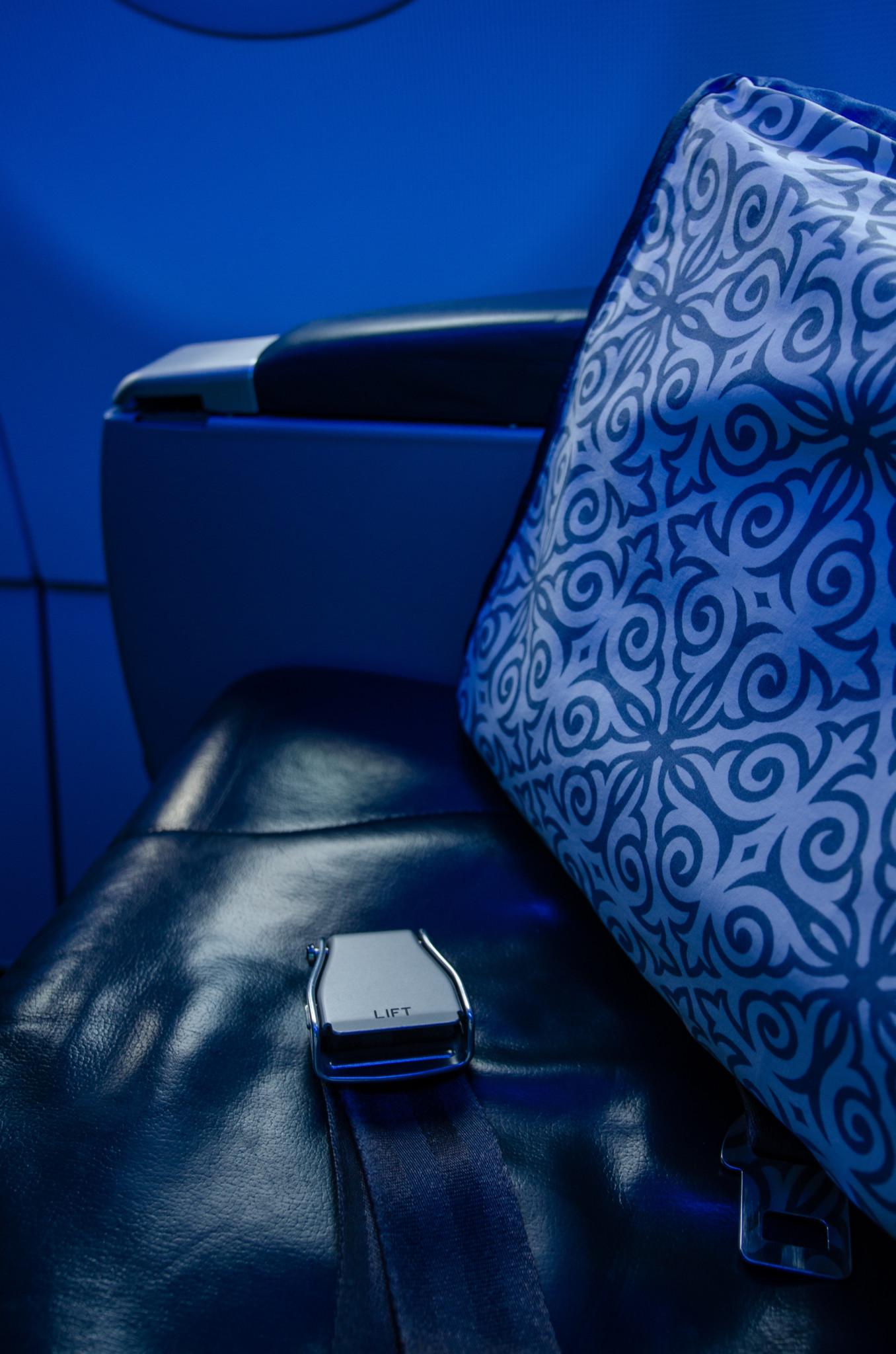 Gurt an den Sitzen bei Air Astana