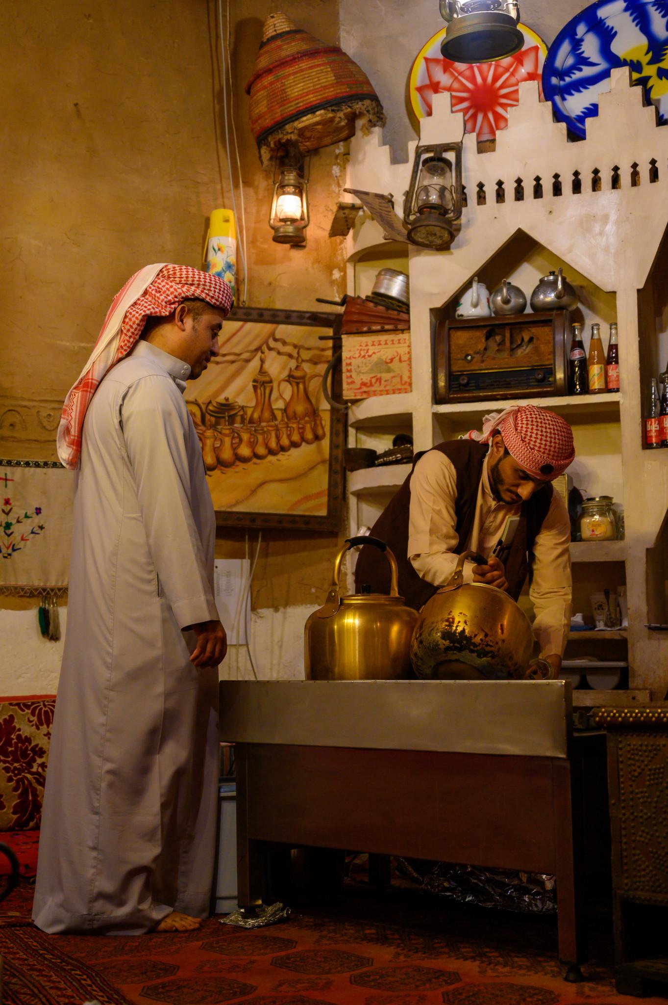 Die Männer tragen die traditionelle saudische Kleidung