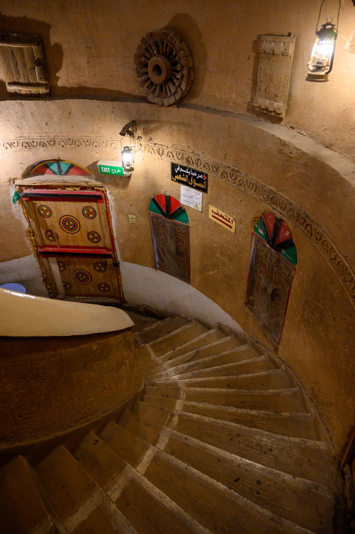 Kunst im Treppenhaus vom Heritage Village