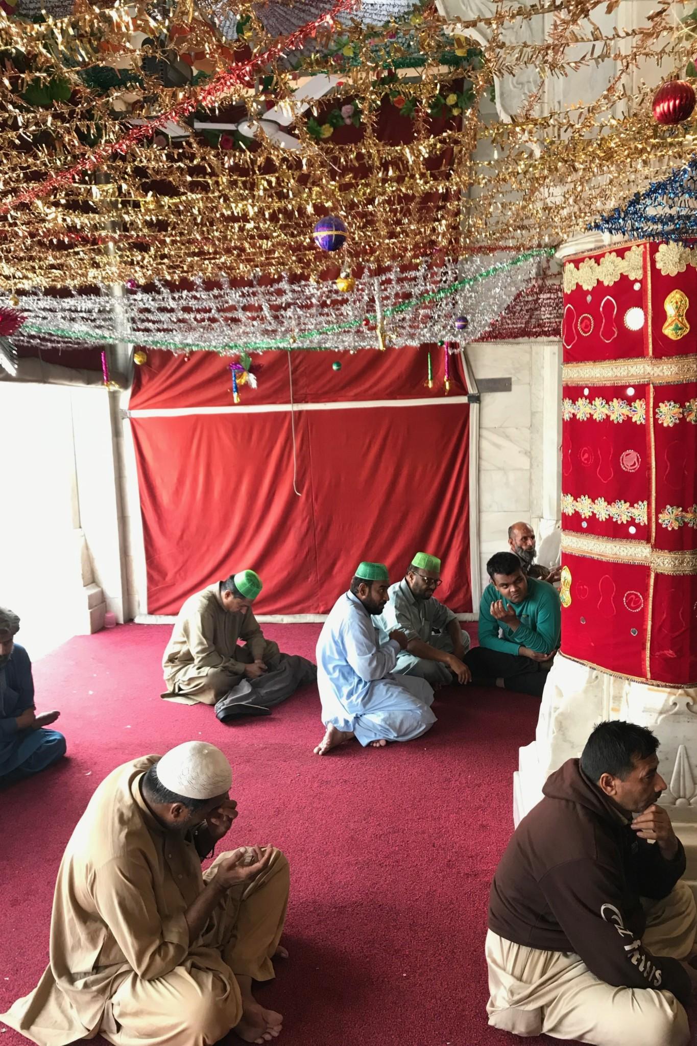 Betende im Data Darbar Schrein in Lahore