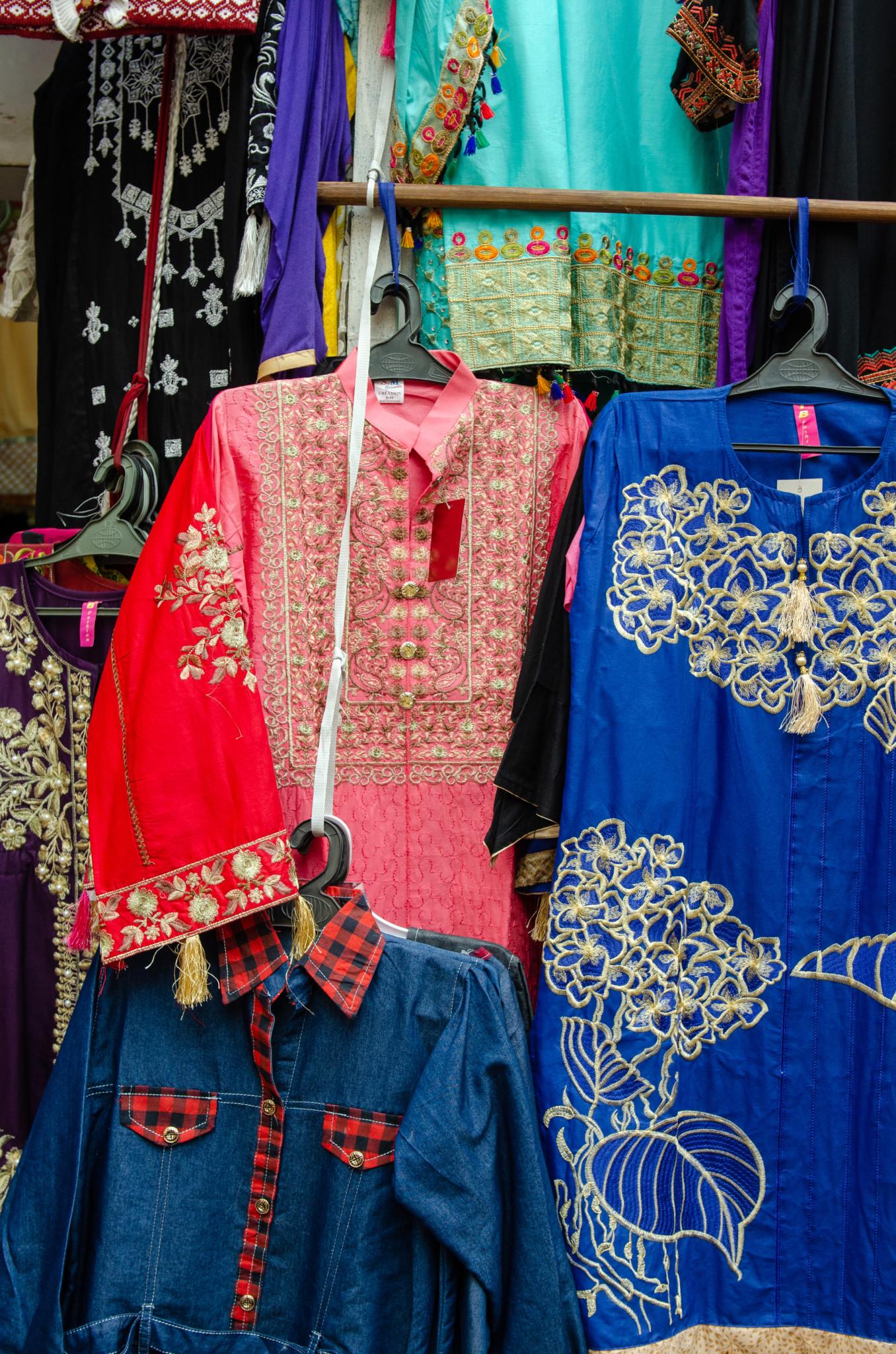 Kleidung auf dem Zainab Market in Karatschi