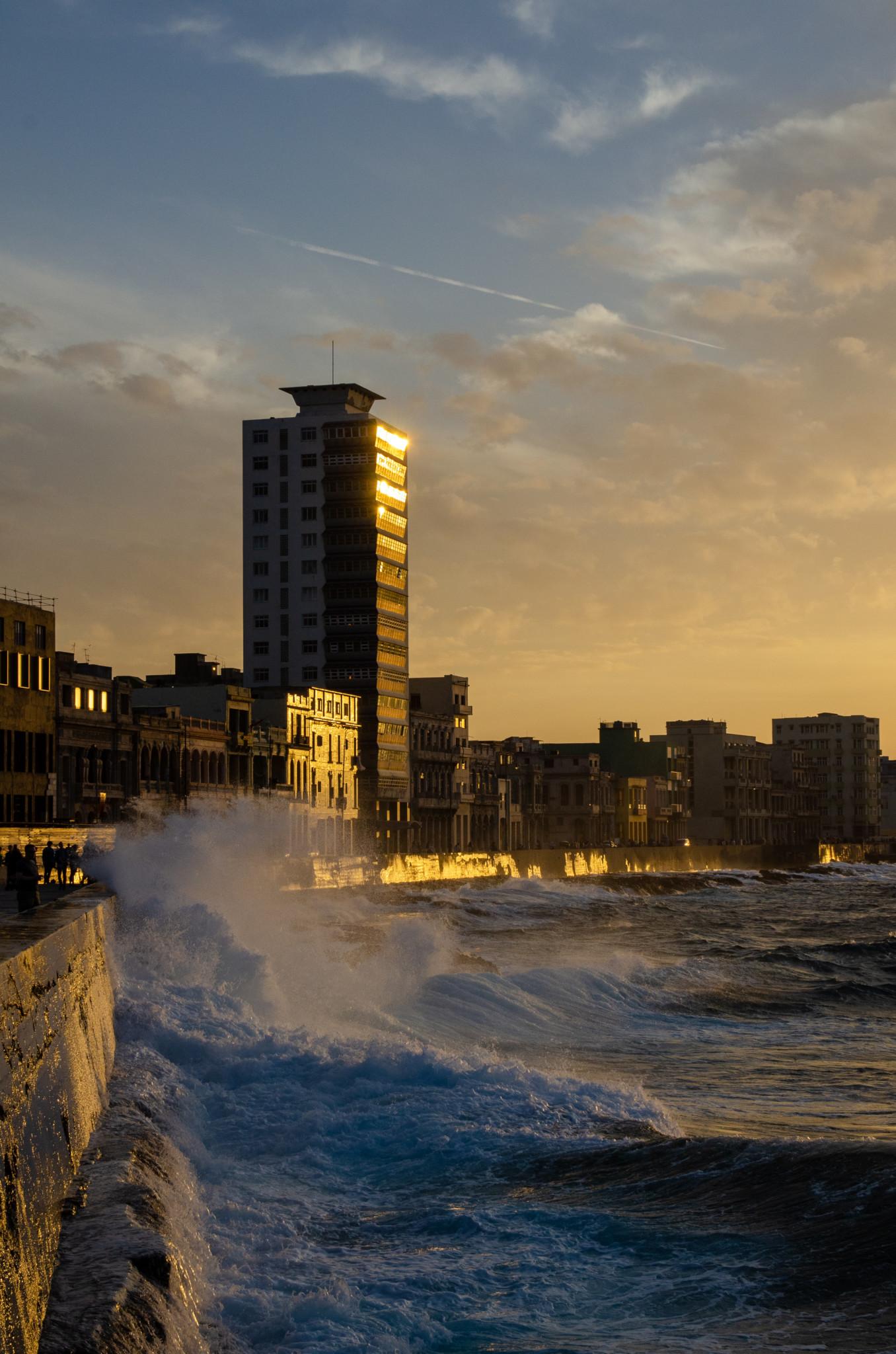 Typisch Havanna Kuba: Die Wellen preschen an die Mauer