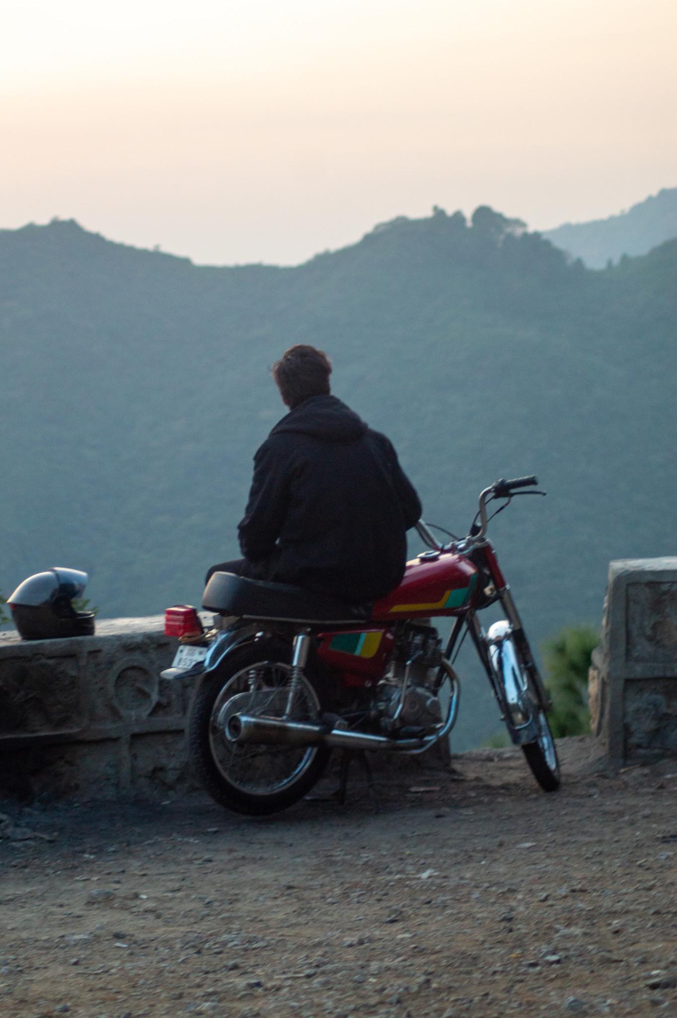 Motorradfahrer in den Margalla Hills in Islamabad