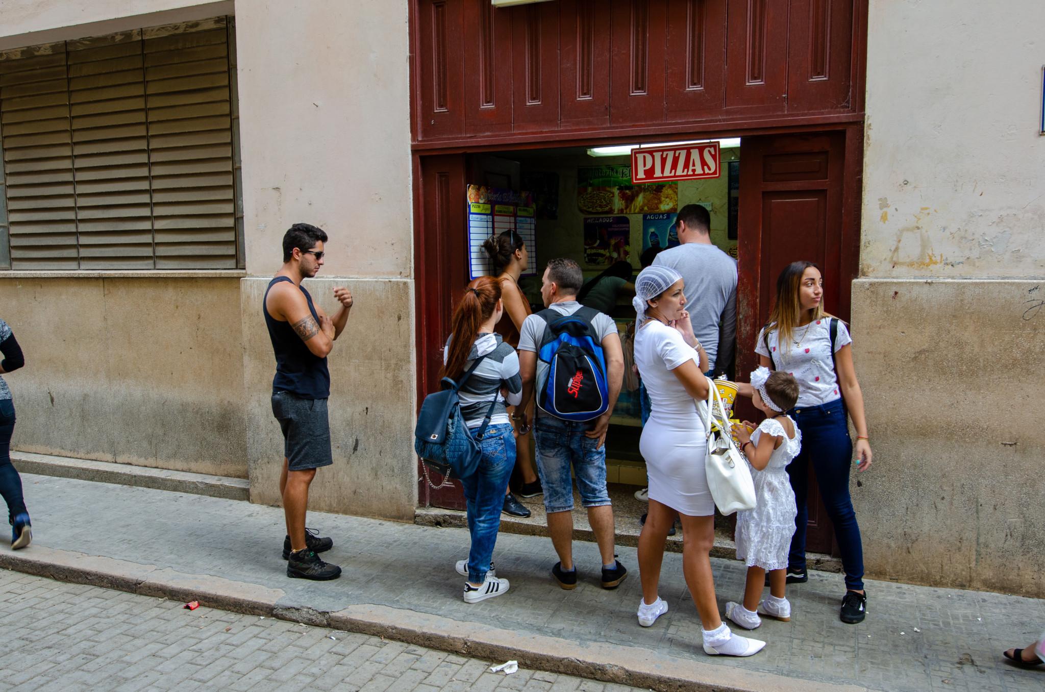 Anstehen für Pizza in Havanna