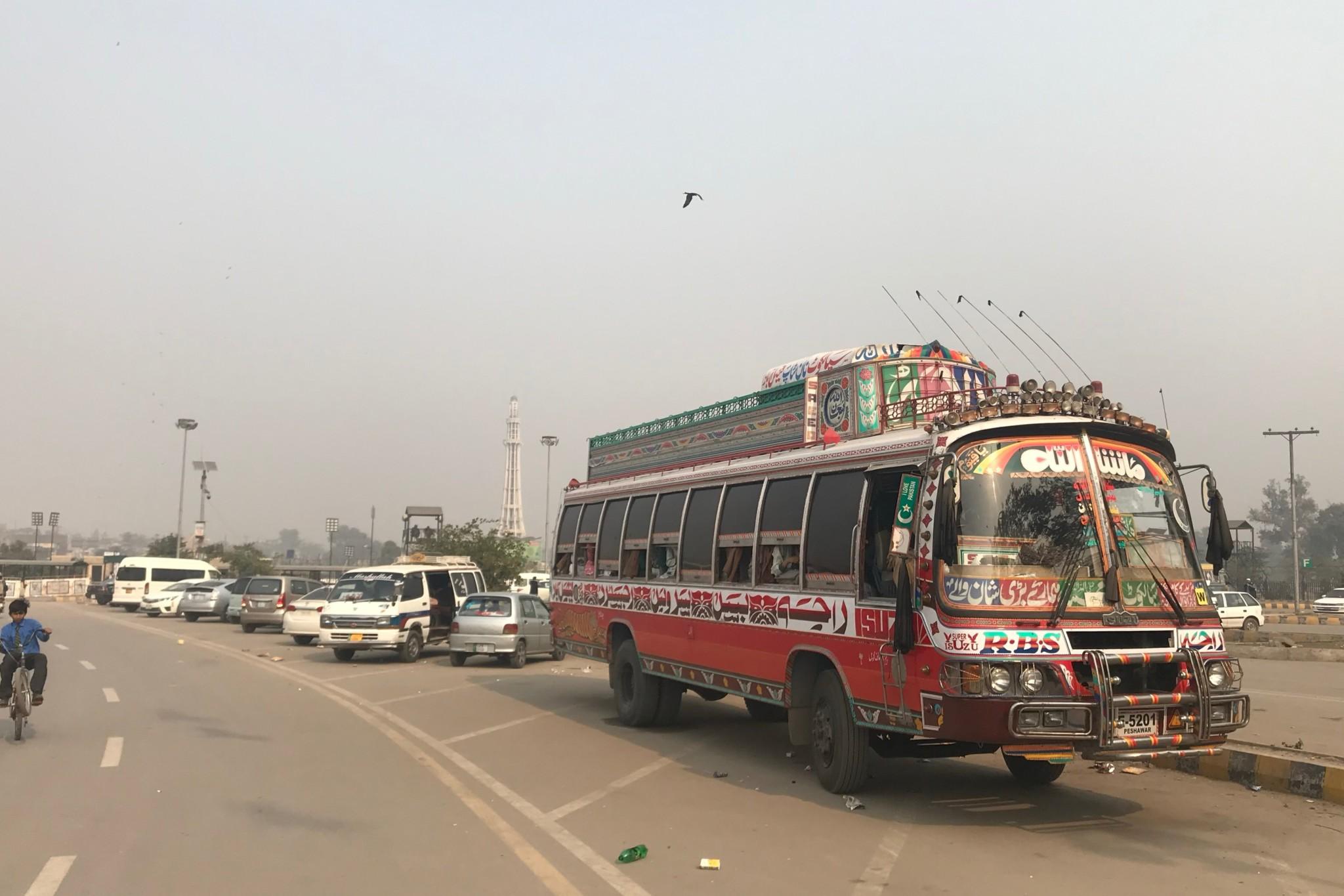 Mit dem Bus kann man durch die Stadt fahren