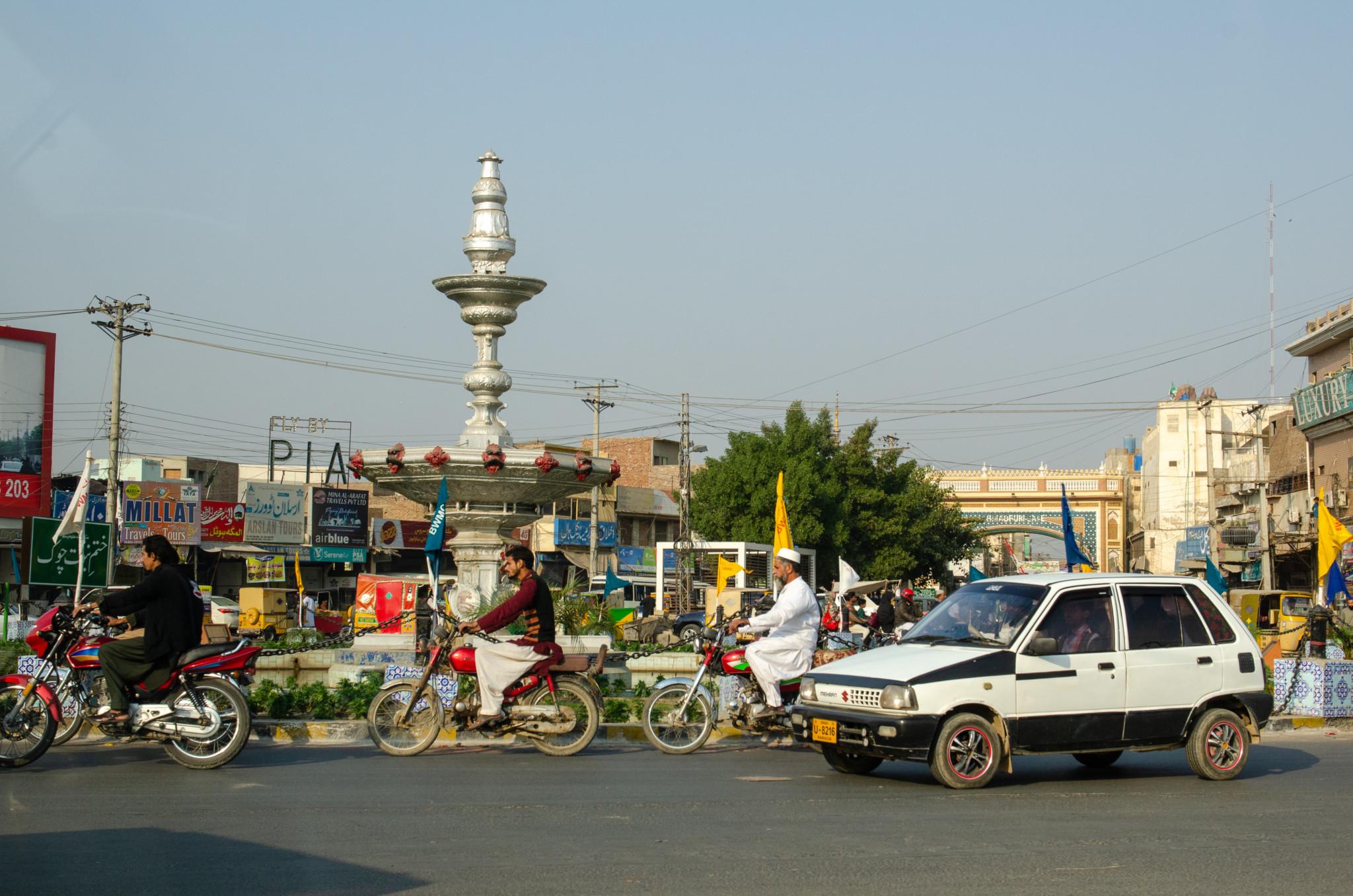 Typischer Straßenverkehr in Pakistan