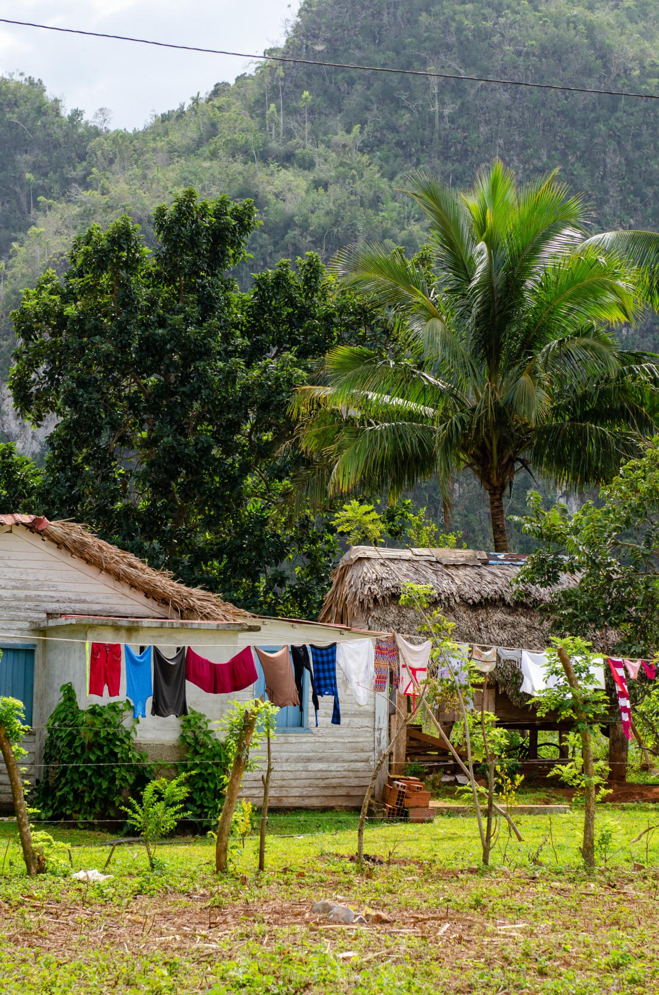 Wäsche hängt vor einem versteckten Haus in Kuba