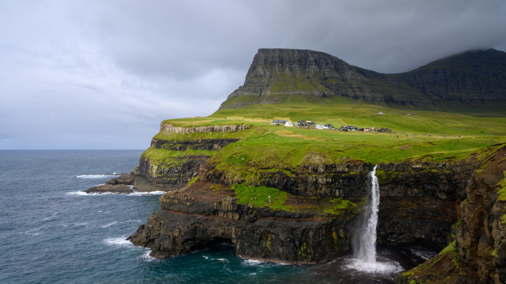 Gasadalur Wasserfall auf den Färöer Inseln