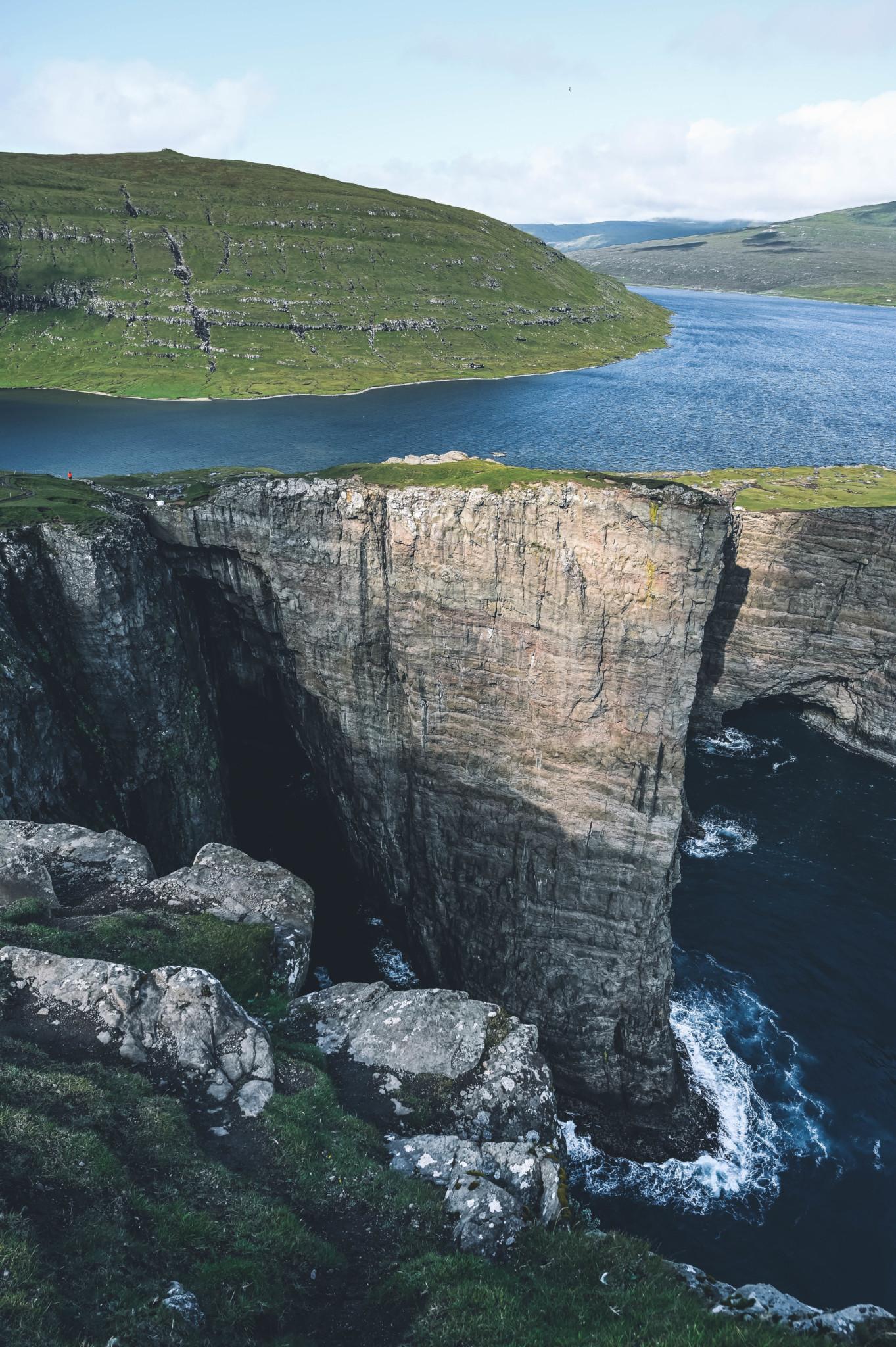 Felsen am Sørvagsvatn und Trælanípa: Highlight im Färöer Inseln Urlaub