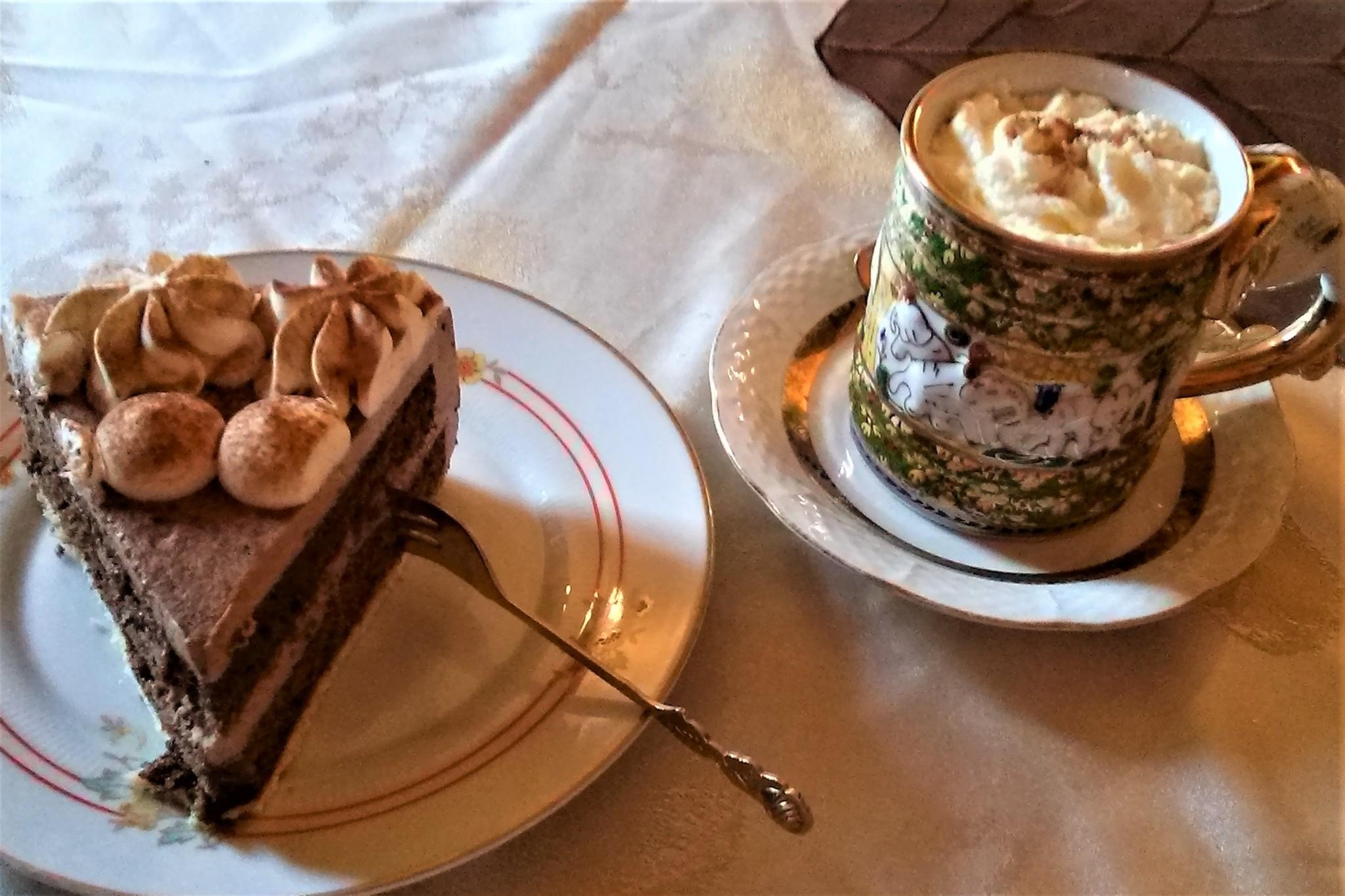 Heiße Schokolade kann man im Burgcafé gut trinken