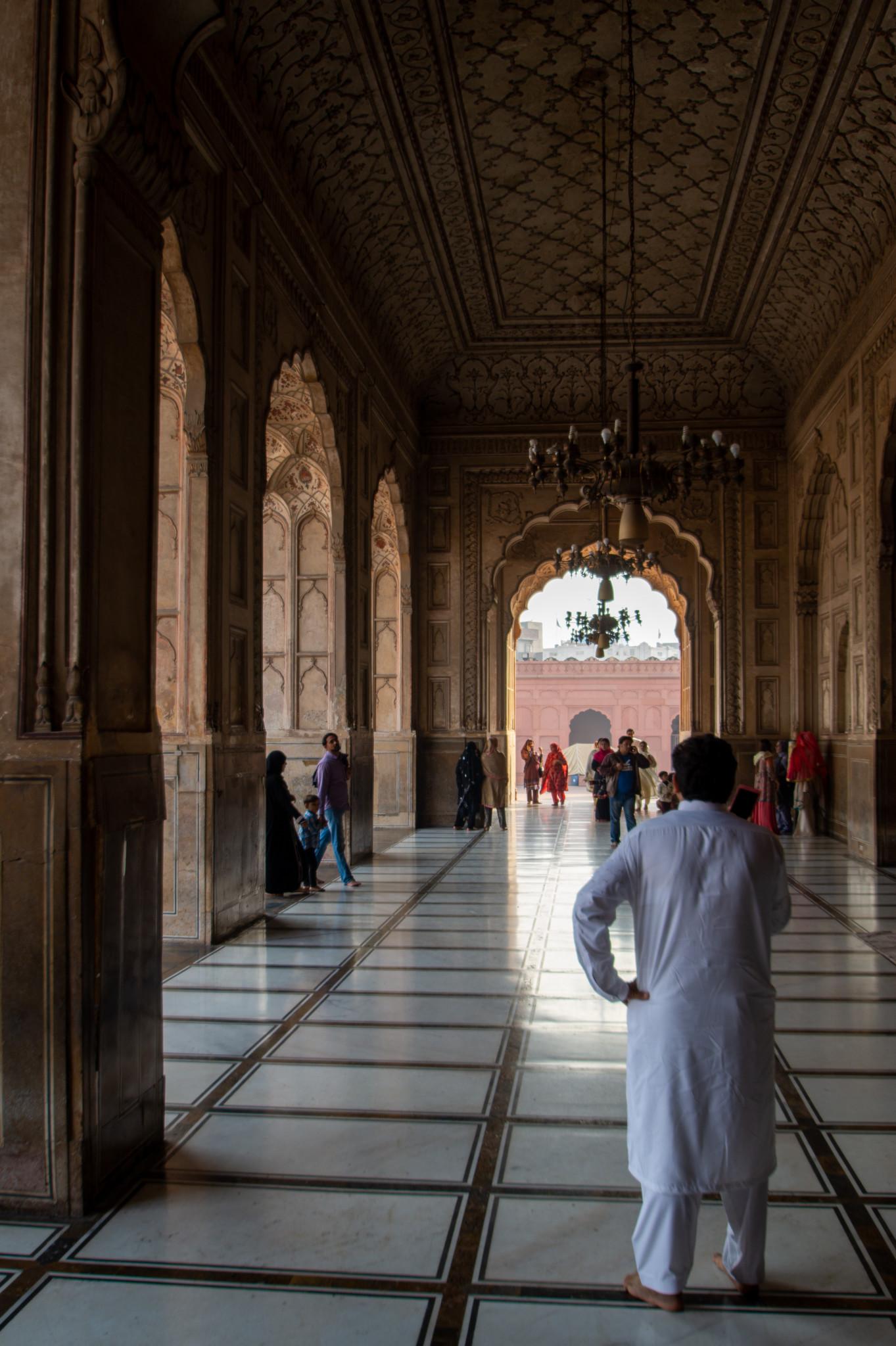 Gang in der Badshahi Moschee in Lahore