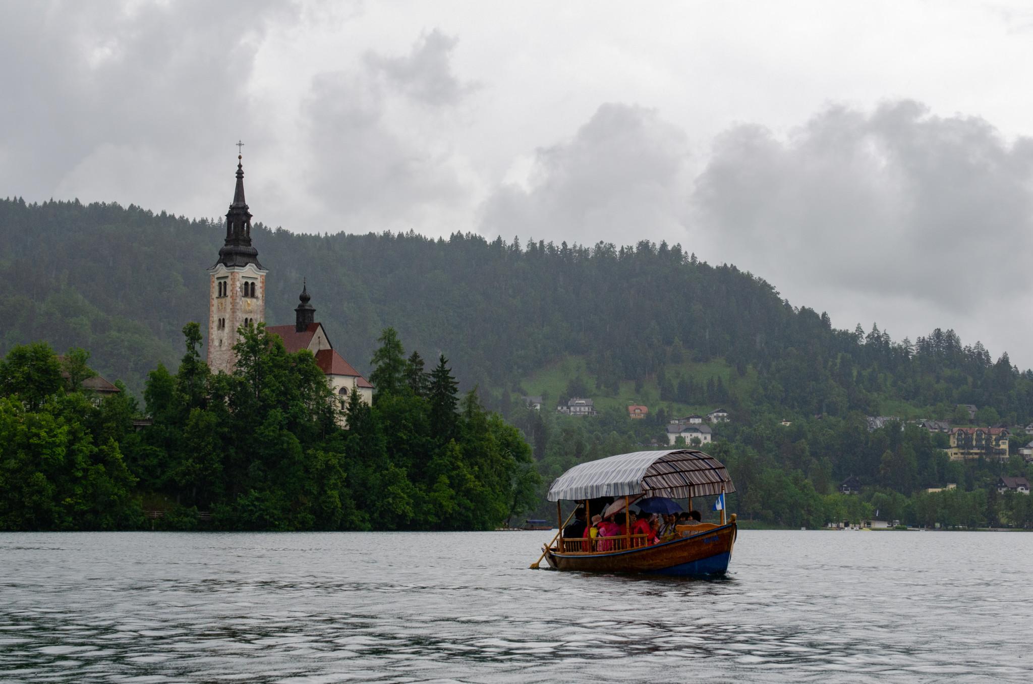 Mit dem Boot zur Insel im Bleder See