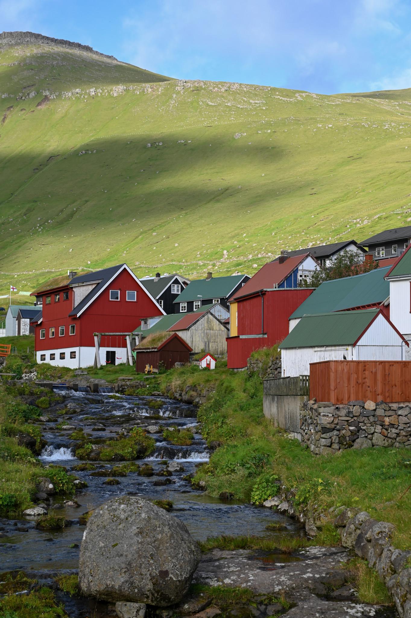 Typische bunte Häuser der Färinger
