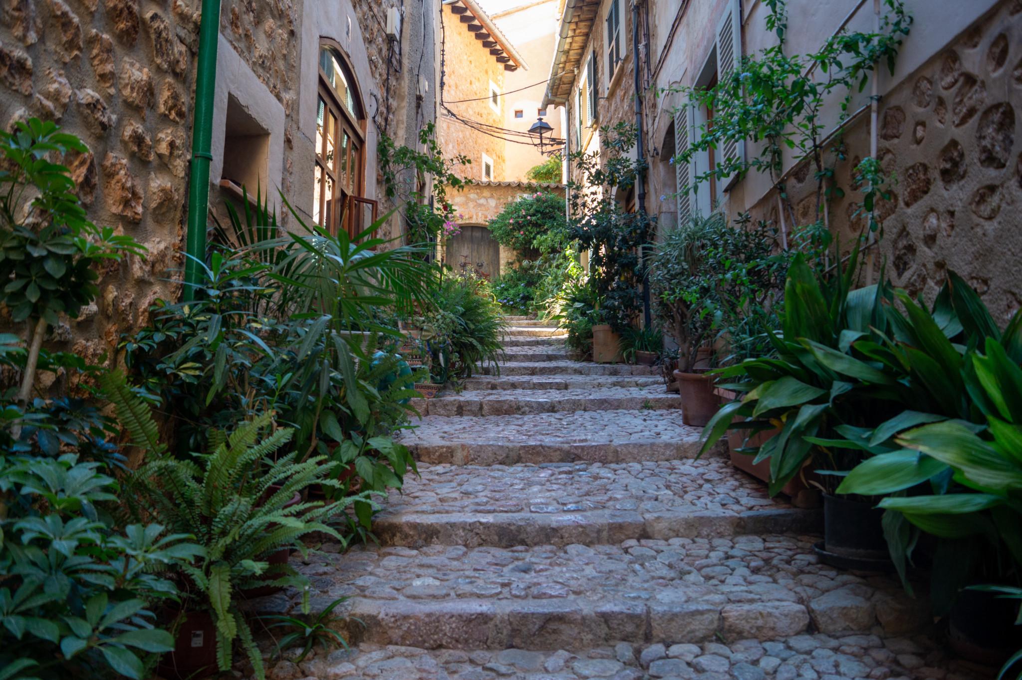 Treppen führen durch die Gassen von Deià