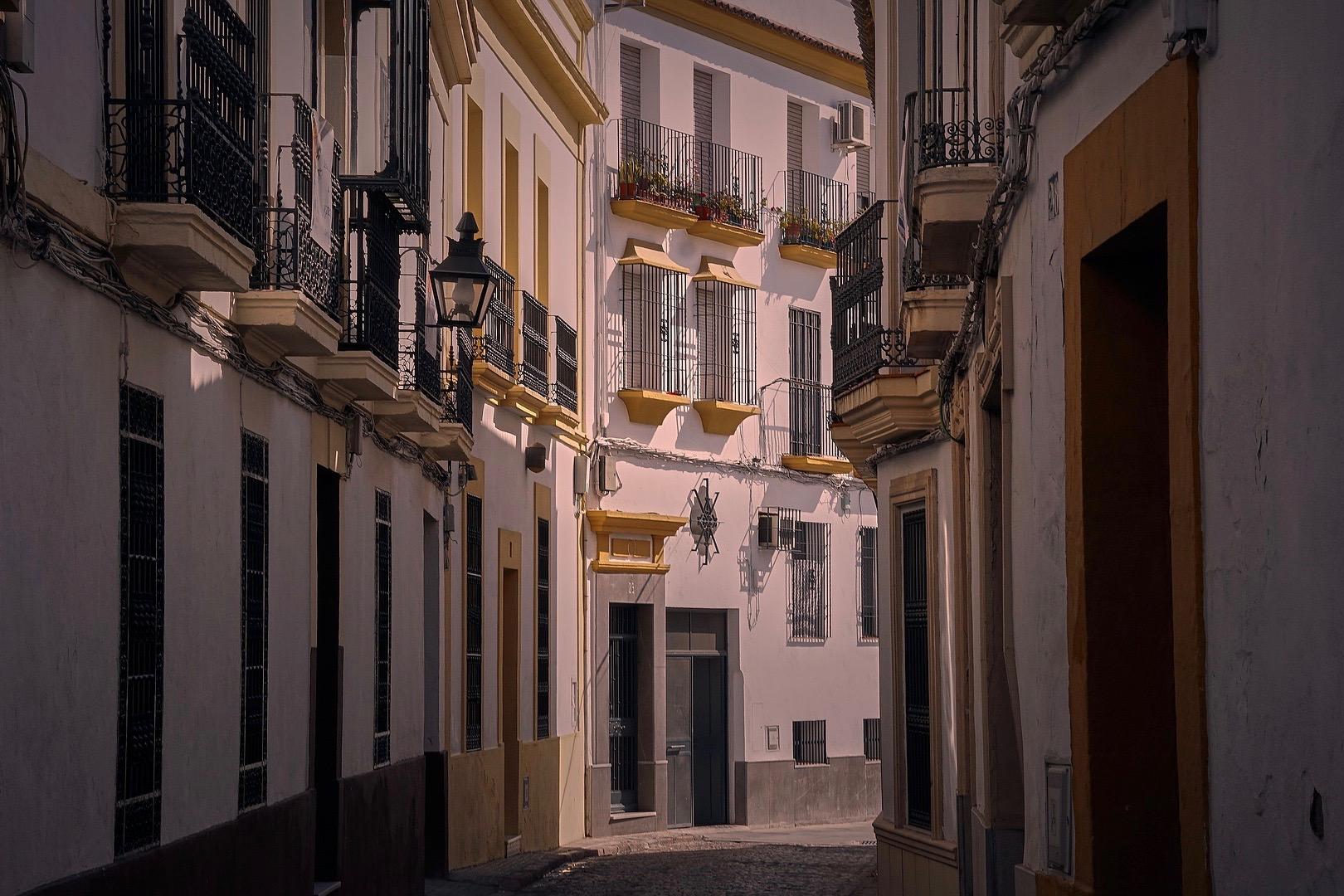 Kleine Gasse in der Innenstadt von Madrid