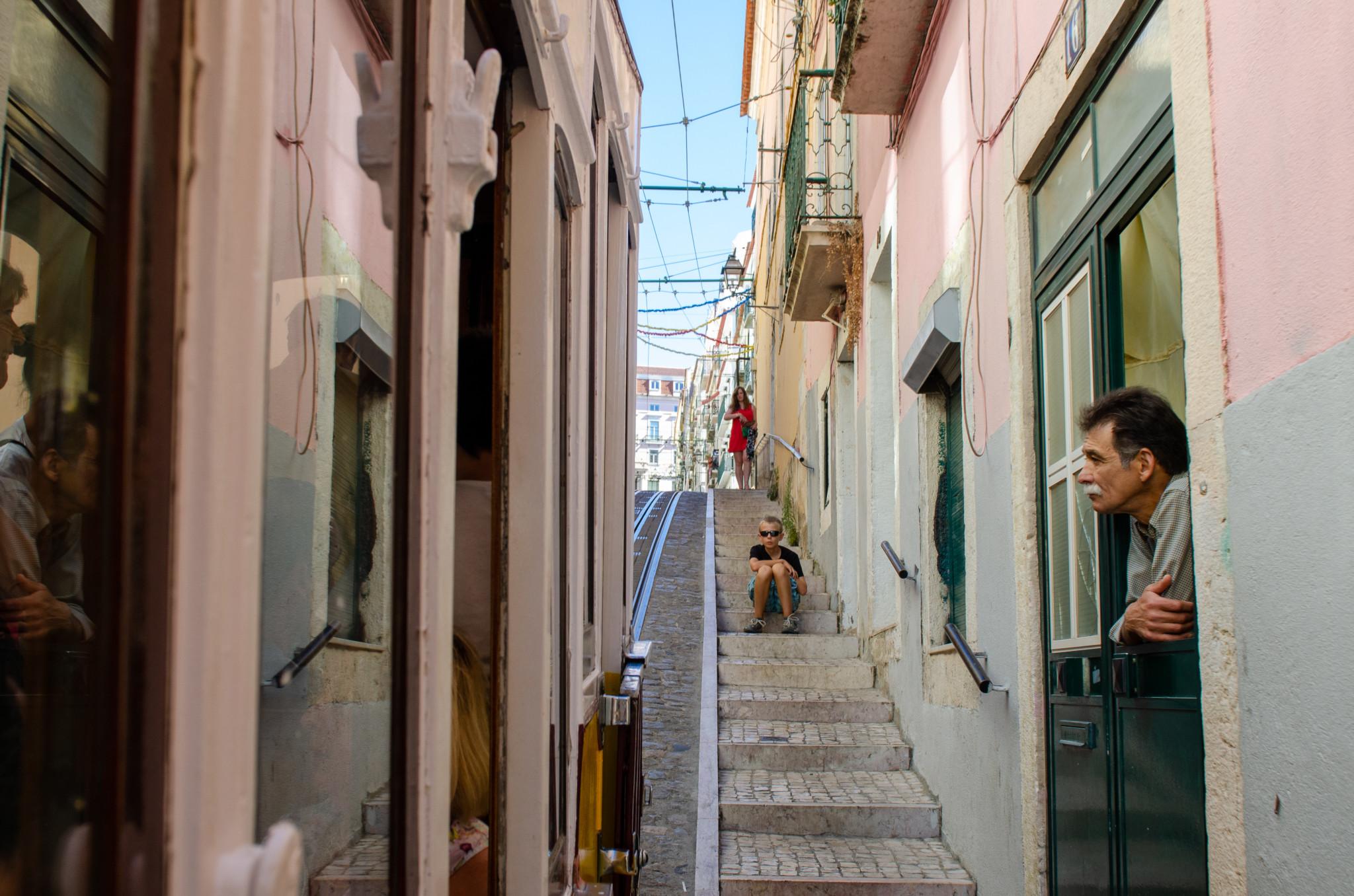 Typische Straße im Bairro Alto in Lissabon