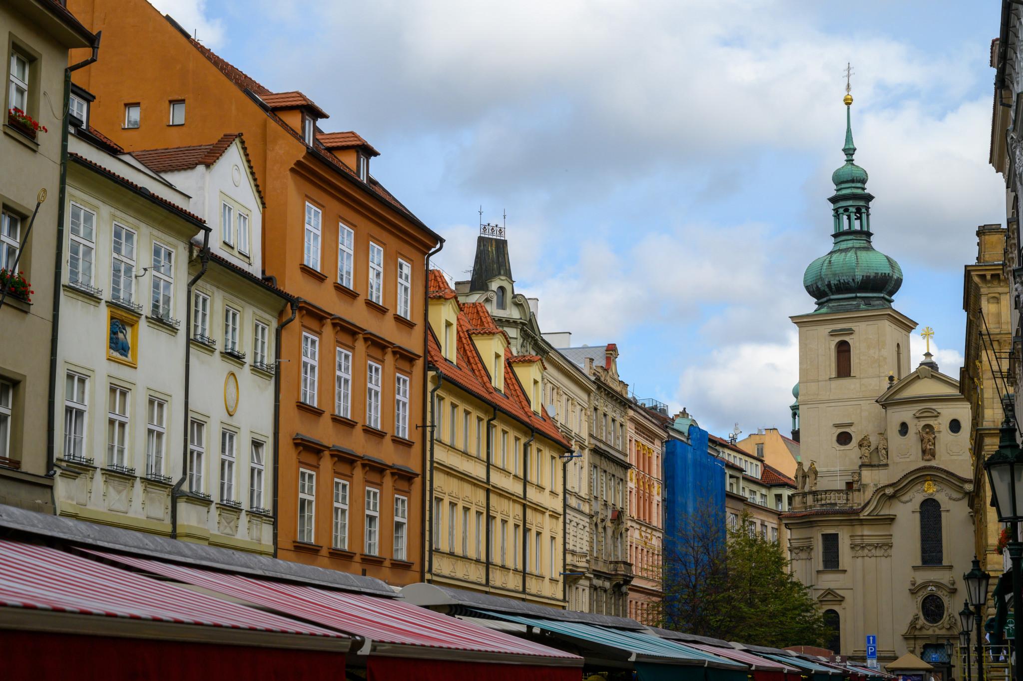 Der Havelsky Markt ist für seine gestreiften Dächer bekannt