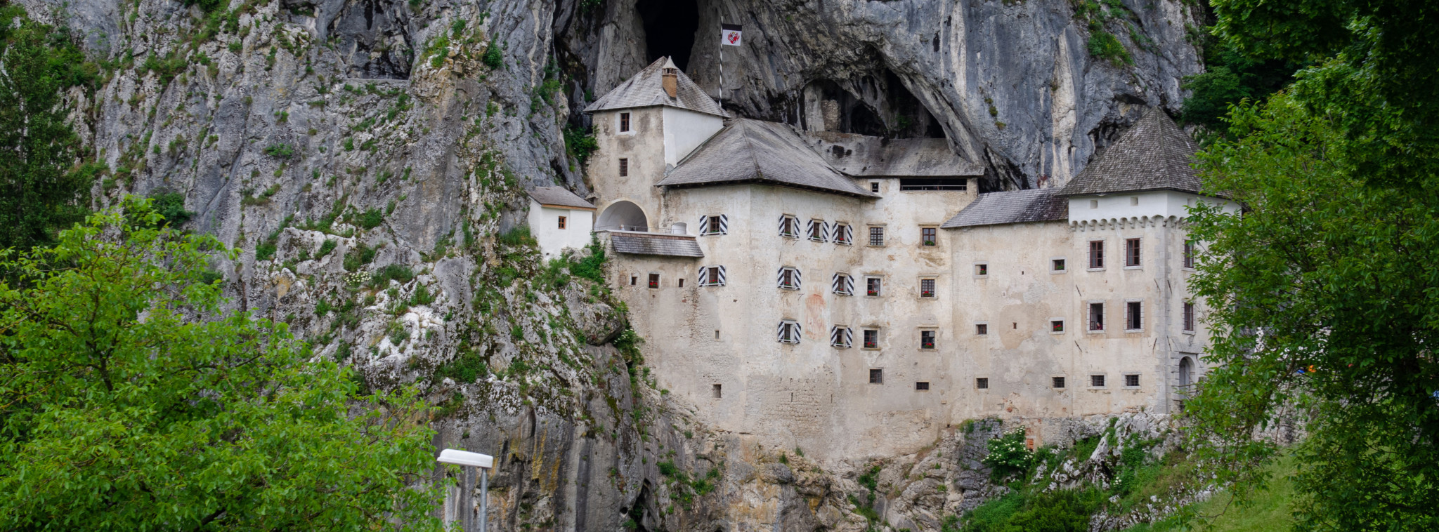Die Höhlenburg Predjama in Slowenien