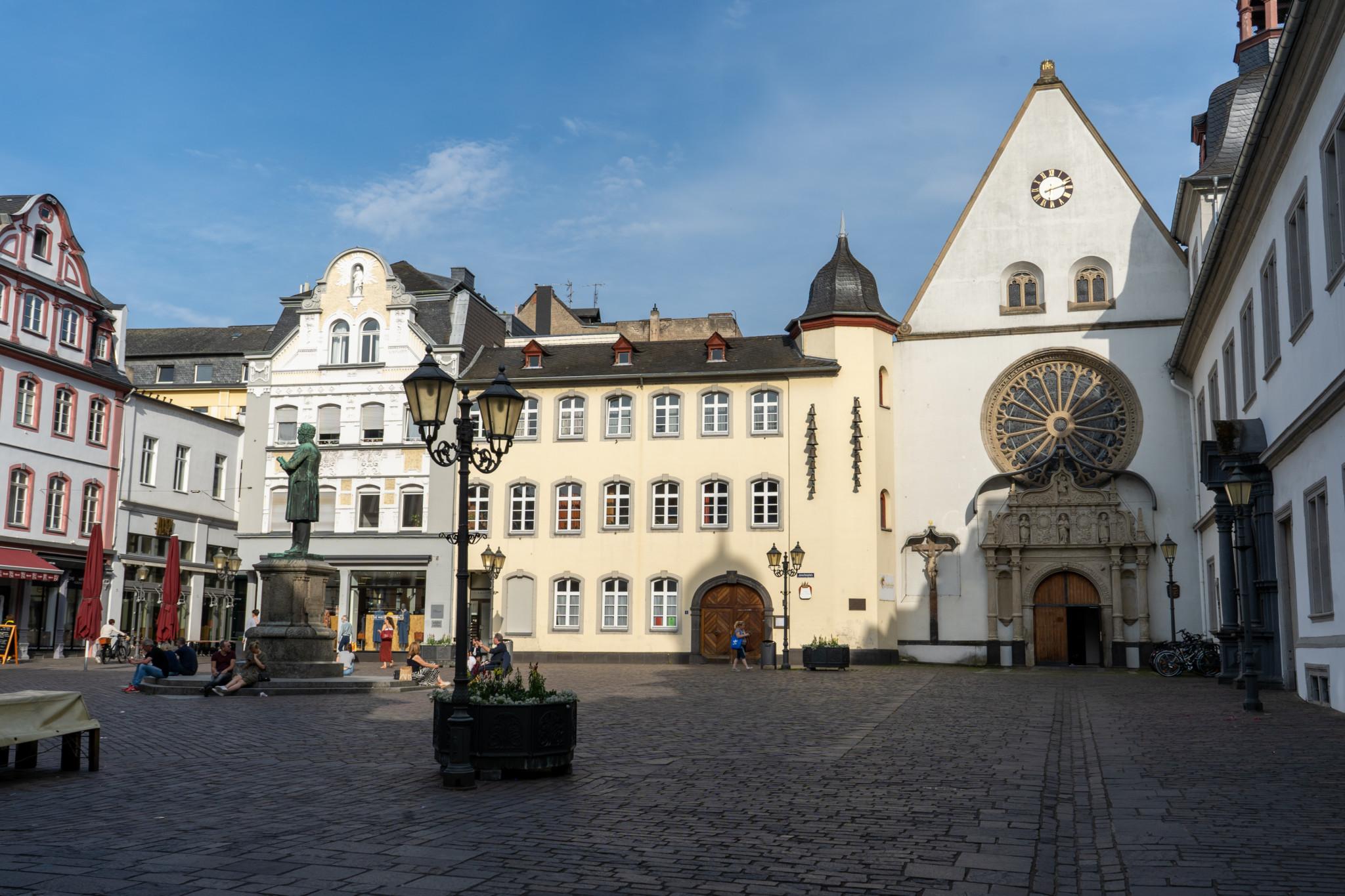Für uns ein wichtiger Koblenz Tipp: Aperol auf dem Jesuitenplatz