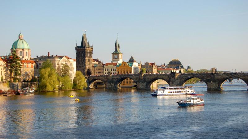 Die Karlsbrücke gehört zu den größten Prag Sehenswürdigkeiten