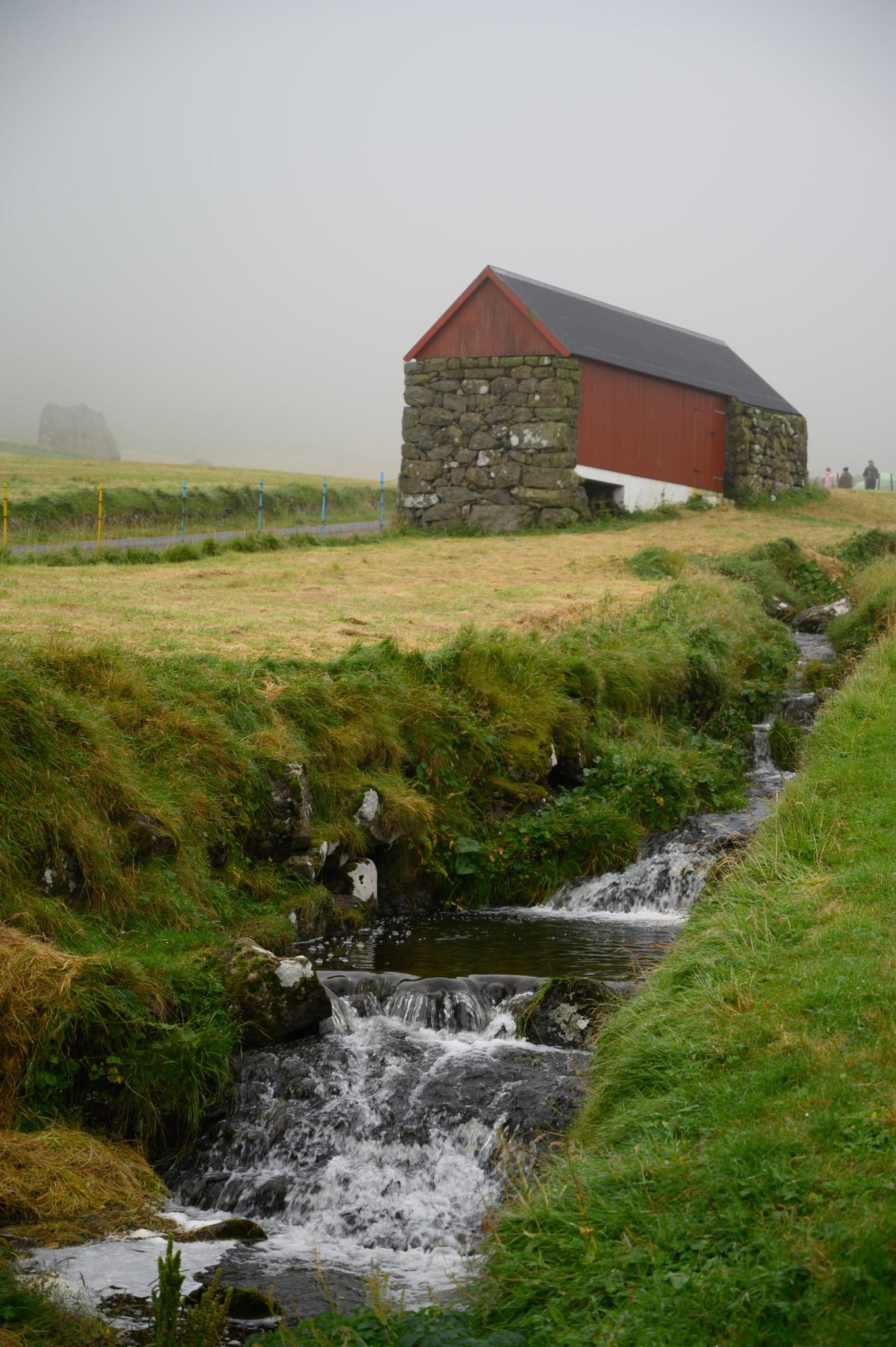 Kleiner Kanal auf den Färöer Inseln