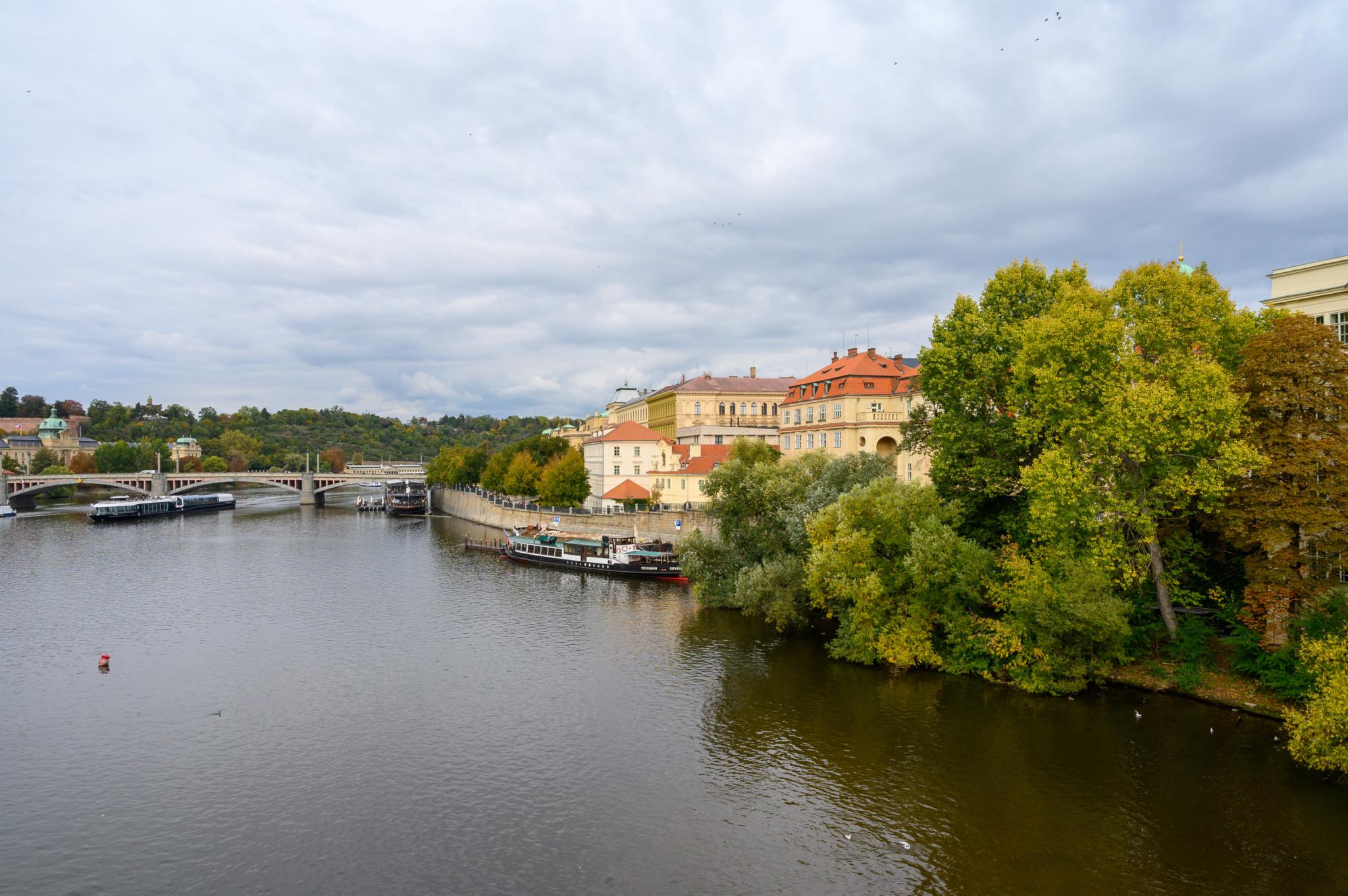 Die Moldau fließt direkt durch Prag