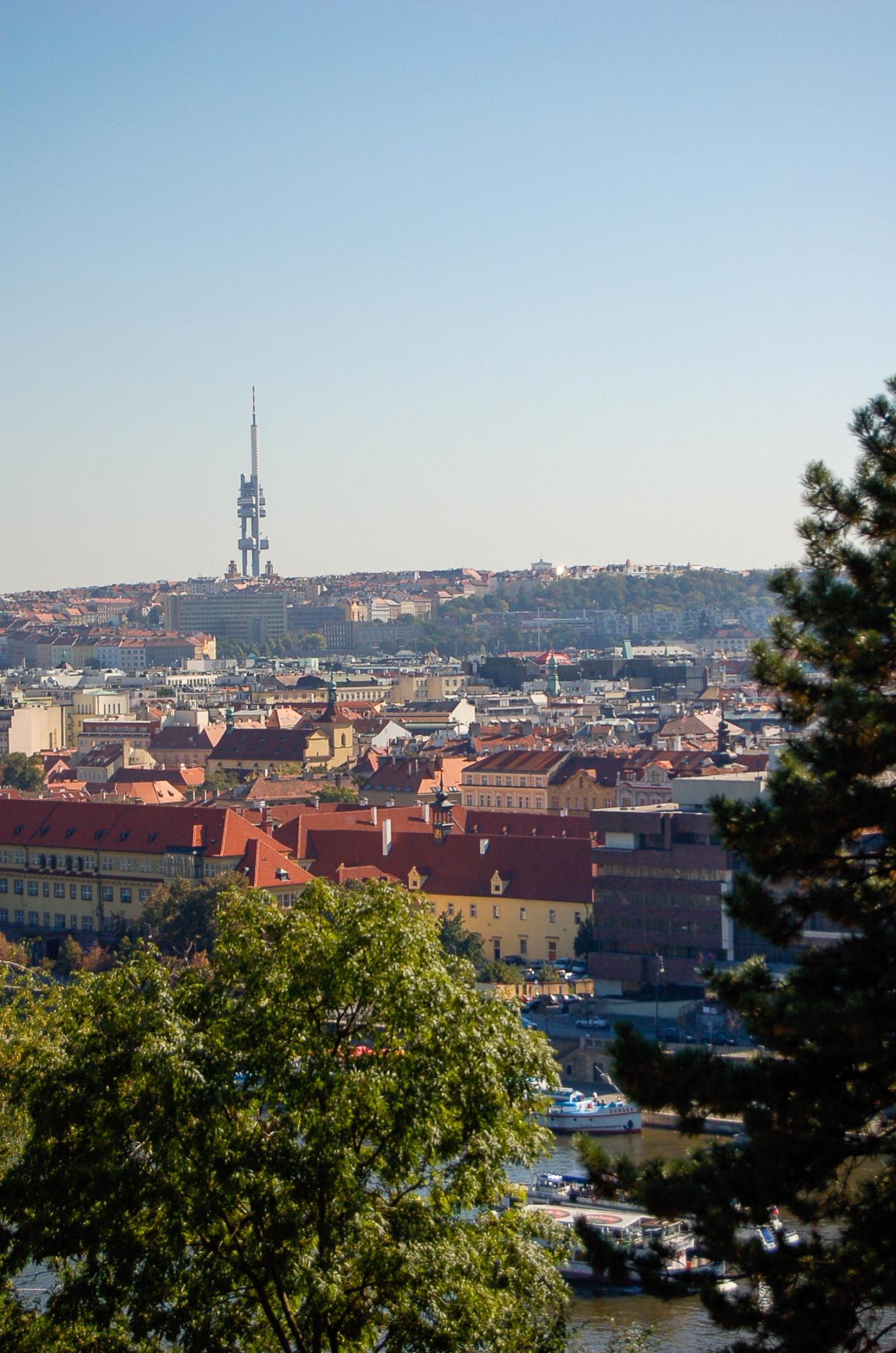 Der Zizkow Tower bzw. Fernsehturm von Prag im Hintergrund