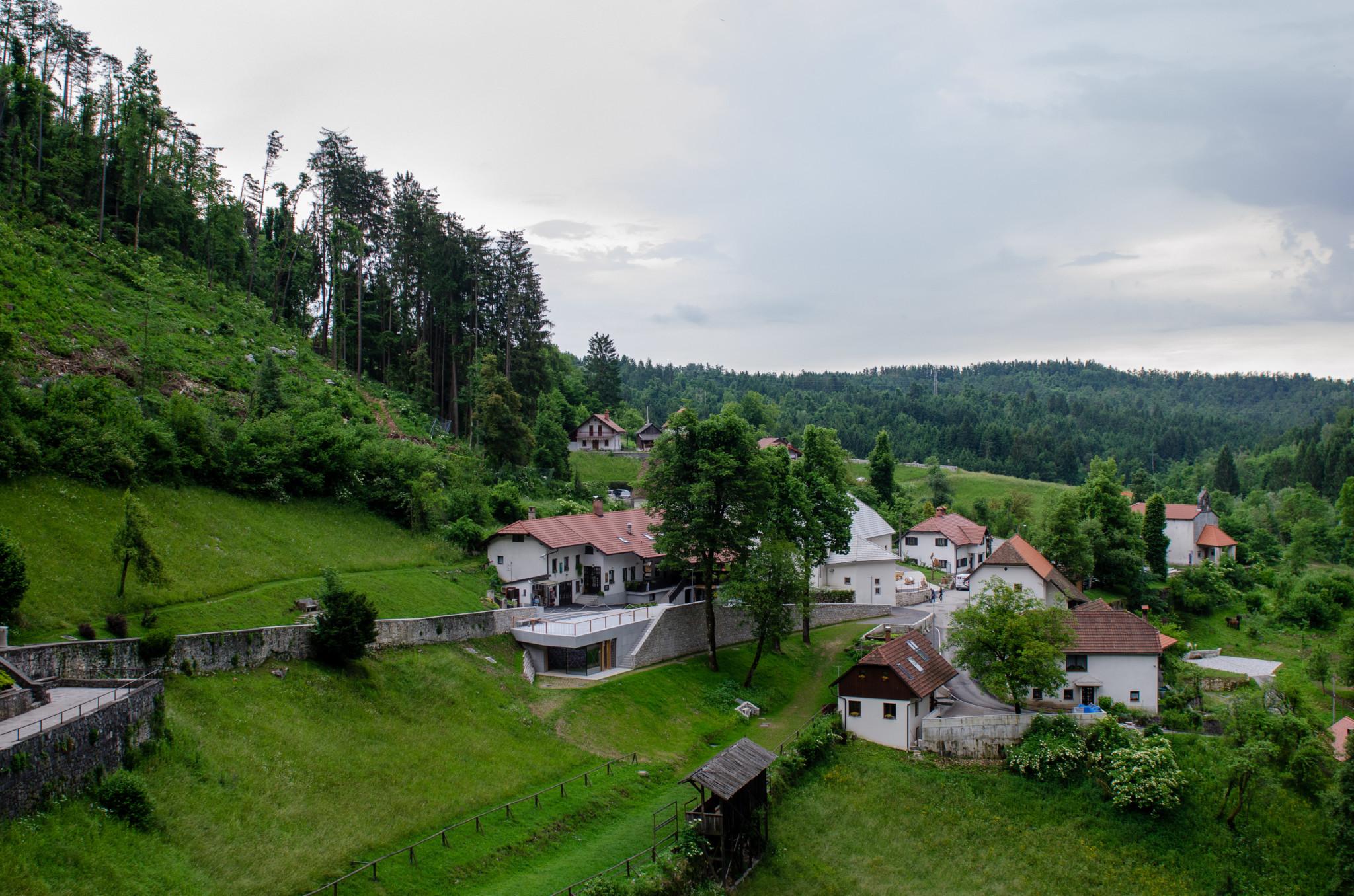 Knallgrüne, hügelige Landschaft in den Jülicher Alpen