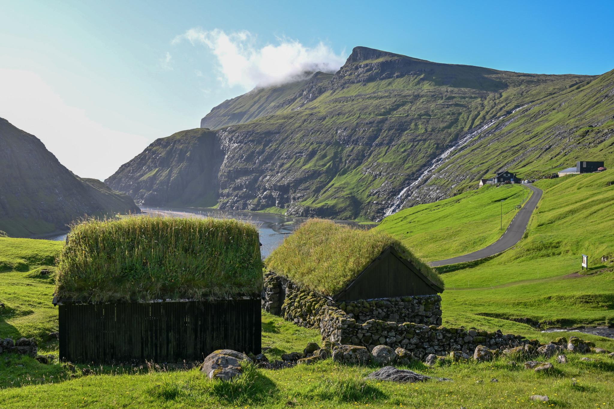 Die berühmten Häuser von Saksun dürfen im Färöer Inseln Urlaub nicht fehlen