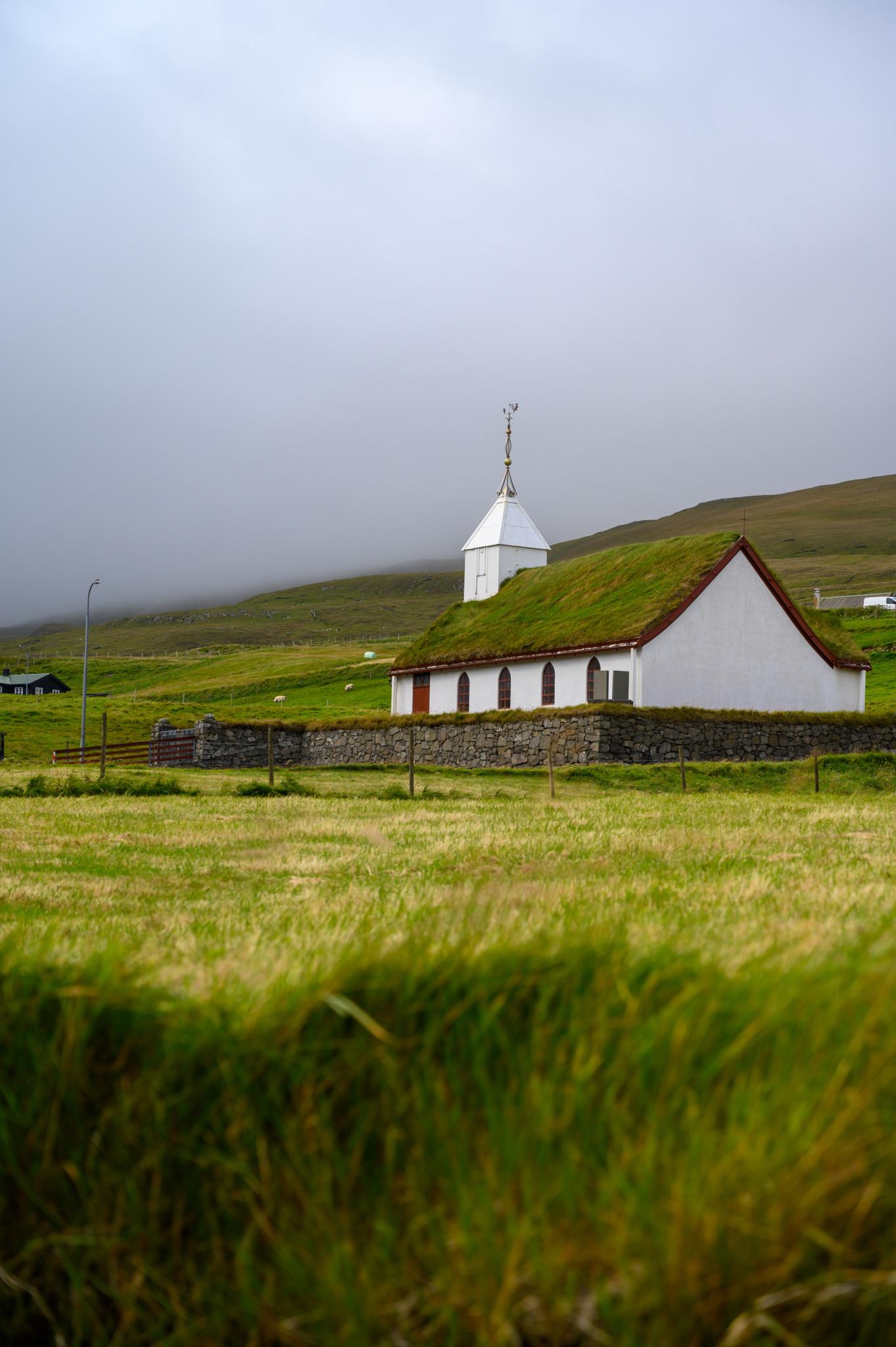 Grasbedeckte Kirche in Saksun auf den Färöer