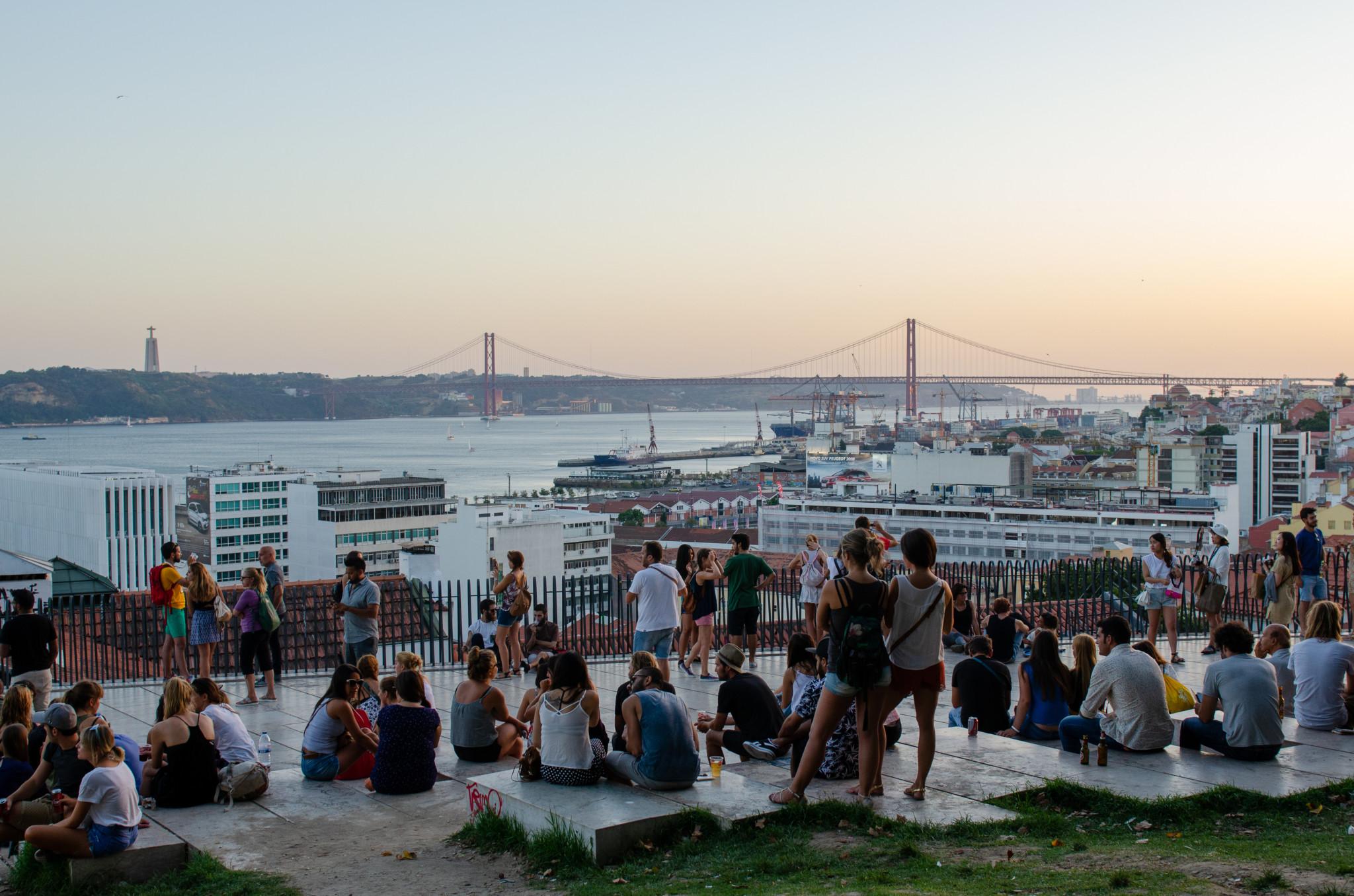 Sonnenuntergang und Cristo Rei Statue in Lissabon