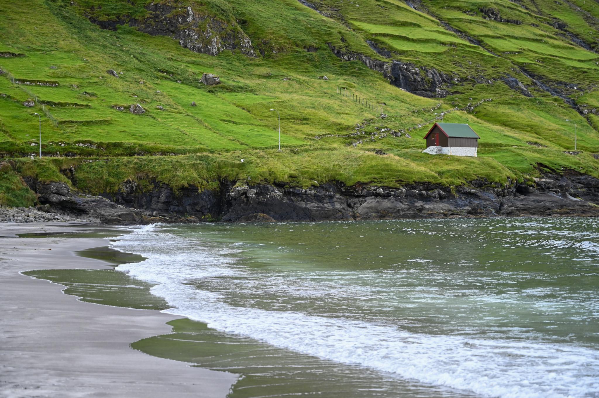 Schwarzer Strand in Tjørnuvik auf den Färöer Inseln
