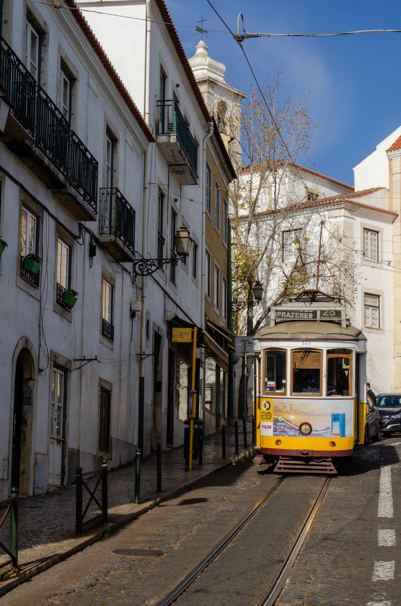 Tram 28 in den Gassen von Lissabon