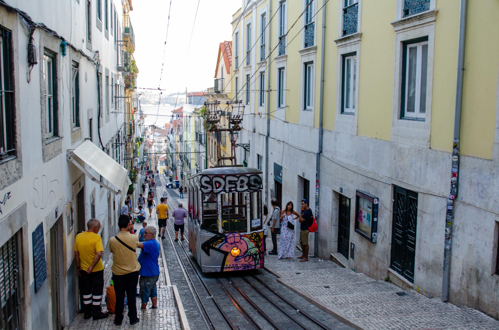 Zu den Lissabon Reisetipps gehört auch die Fahrt mit der Tram