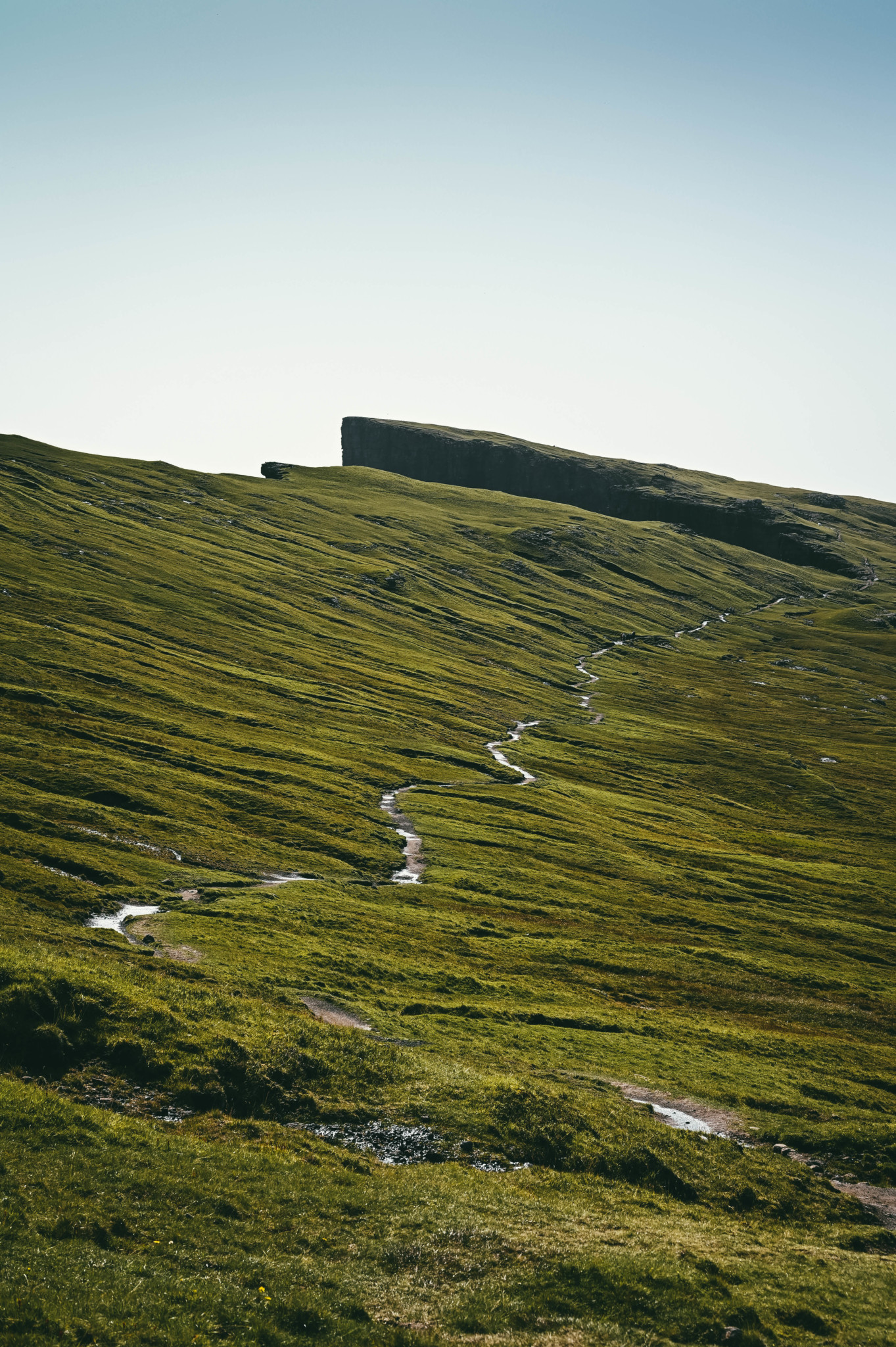 Typischer Wanderweg im Färöer Inseln Urlaub