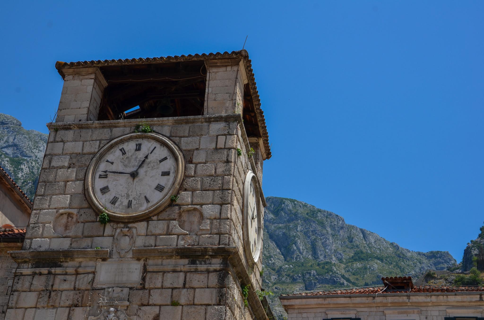 Der Uhrturm am Platz der Oktoberrevolution in Kotor