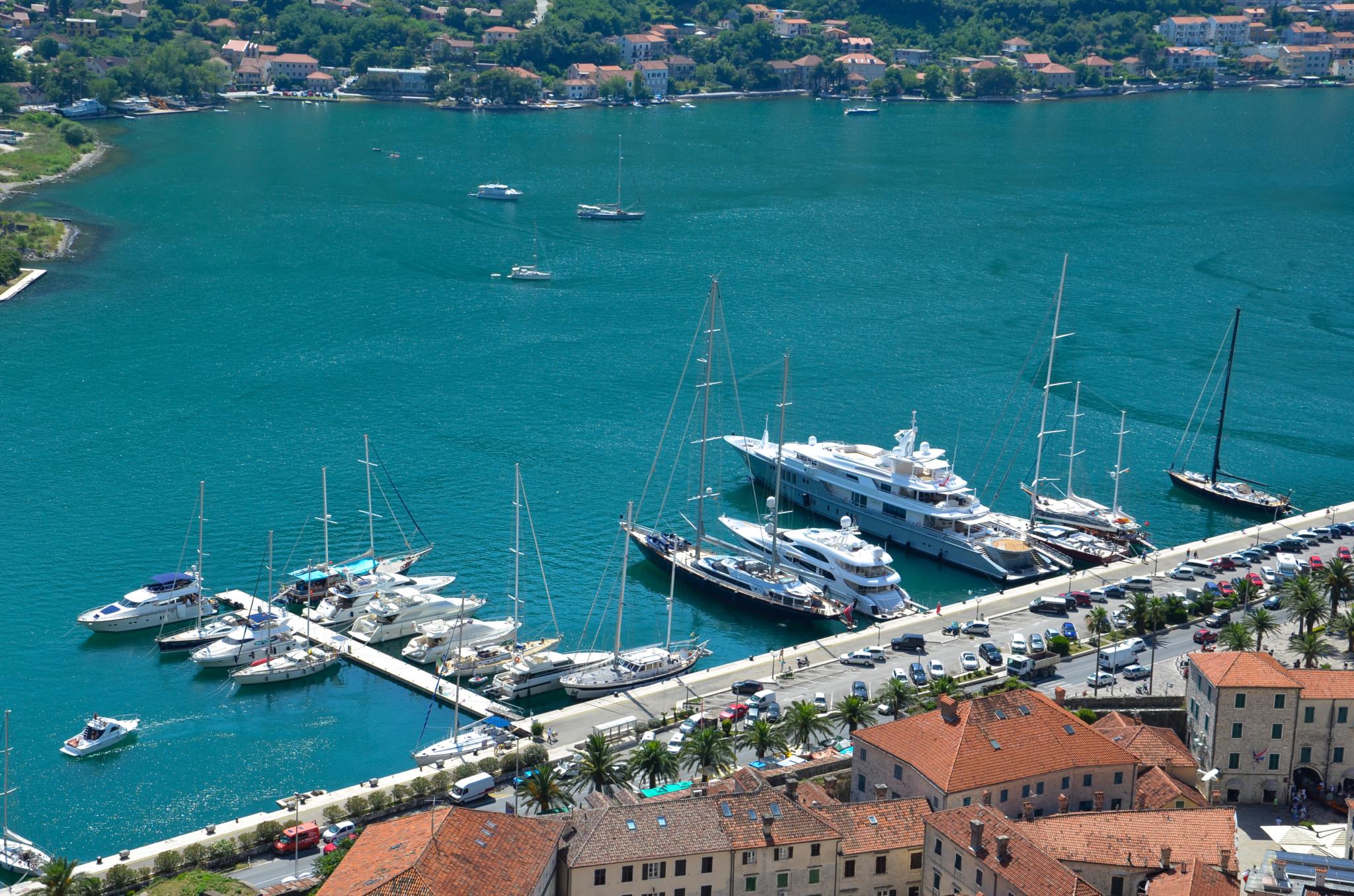 Yachten im Hafen von Kotor mitten in der Bucht Montenegros