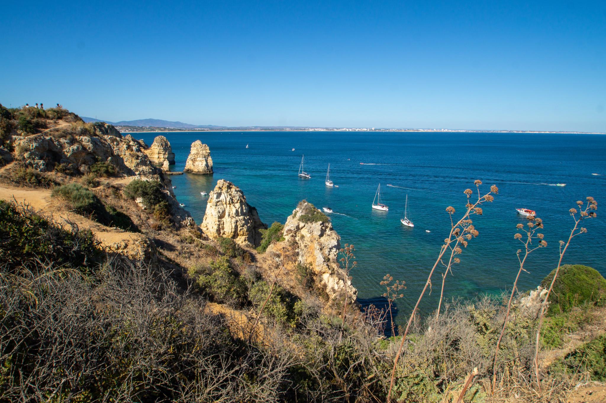 Typischer Blick auf die Algarve in Portugal