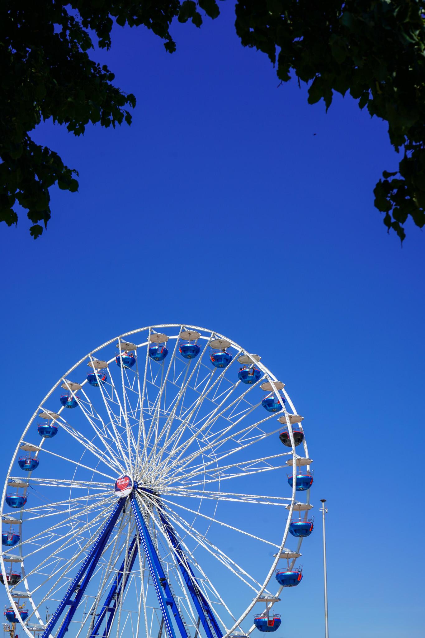 Riesenrad im Stadthafen von Rostock
