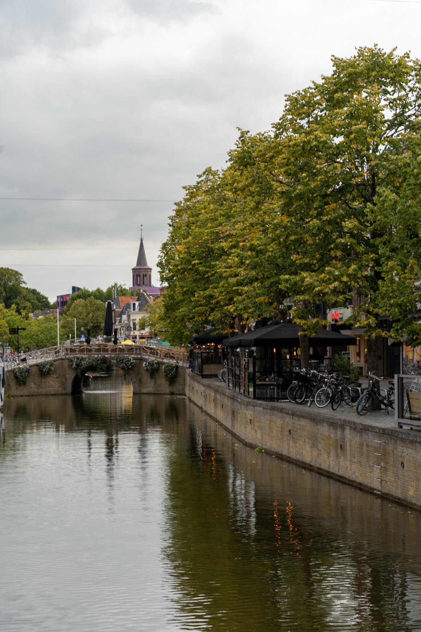 Kanal mit Ausblick auf die Saint Boniface Kirche in Leeuwarden