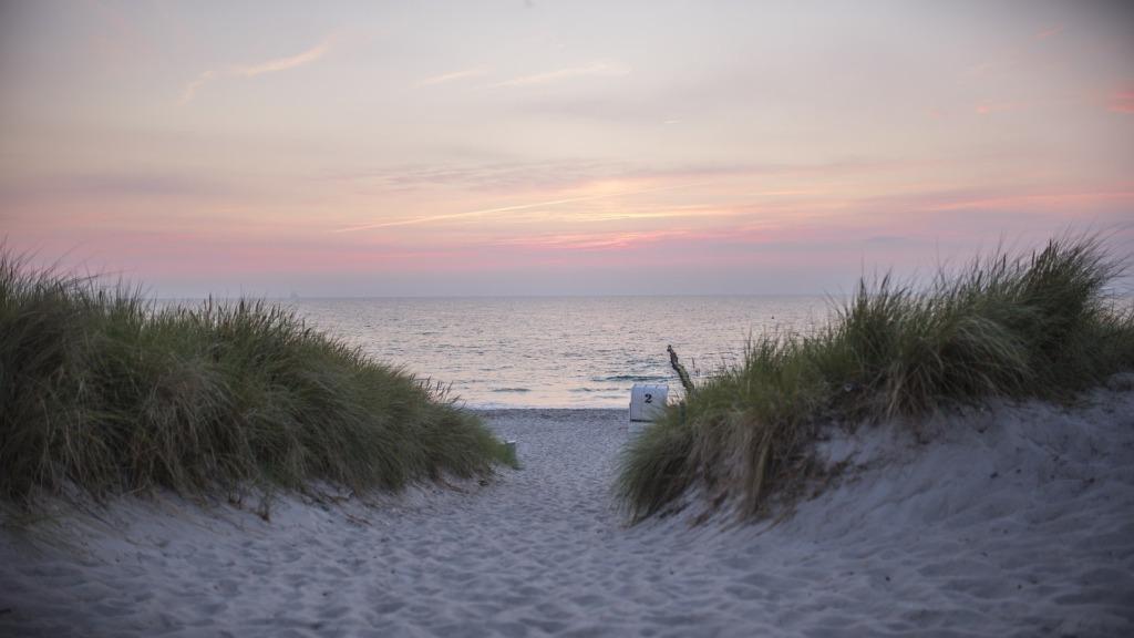 Sonnenuntergänge gehören zu den Highlights auf den deutschen Ostseeinseln